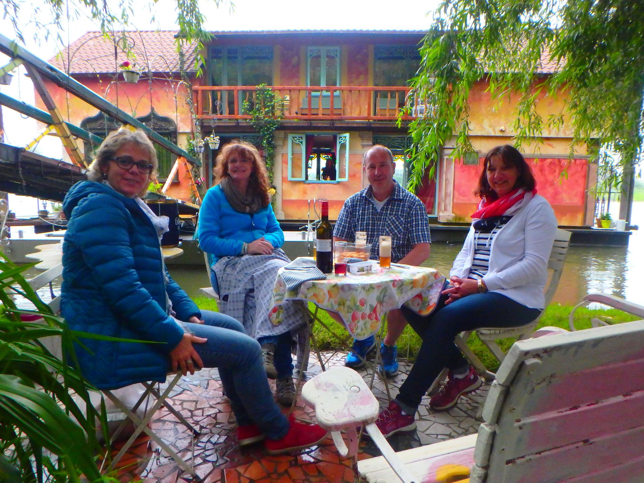 De gasten zitten lekker in de tuin van het Drijfpaleis.