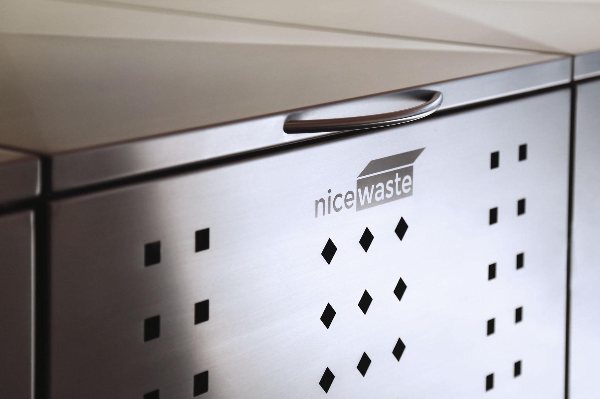 Mülltonnenbox NIWA mit Lochmuster und Logo