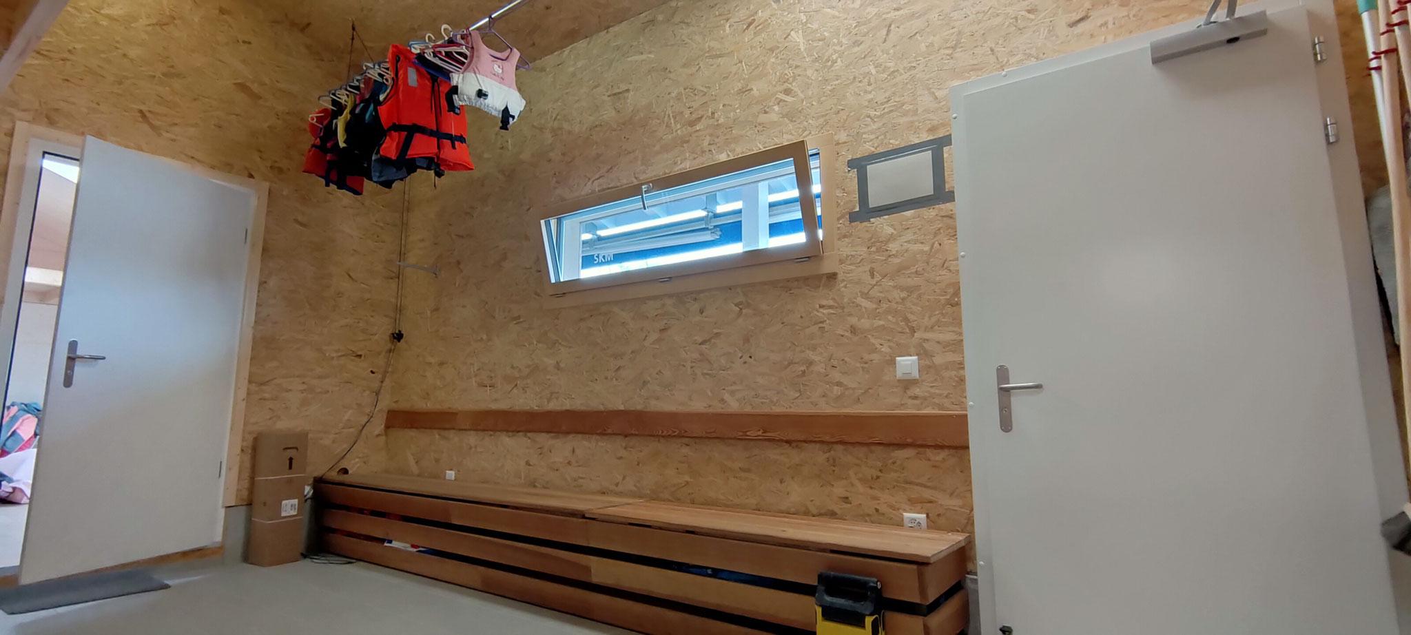 Sitzbank und Aufhängung für die Schwimmwesten