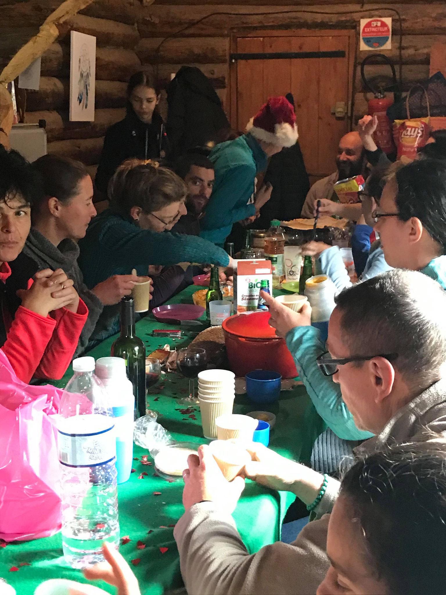 1er repas ! on pensait pourvoir accueillir 8/10 personnes...on était 14 à manger ;)
