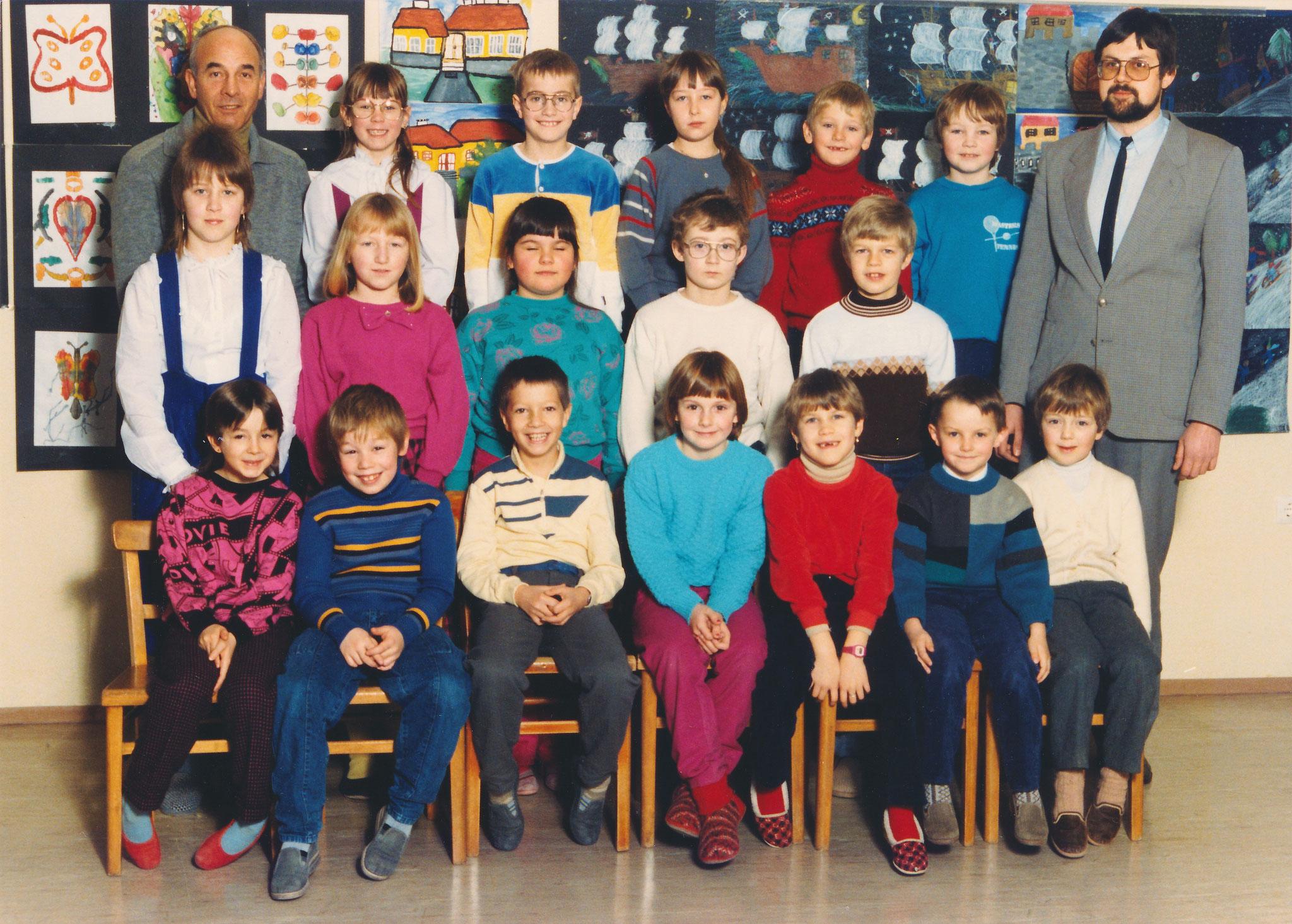 1985-86  1. Kl. (1.-4. Schst.) mit Rel.L Pater Bernhard und KL Gerhard Kappacher
