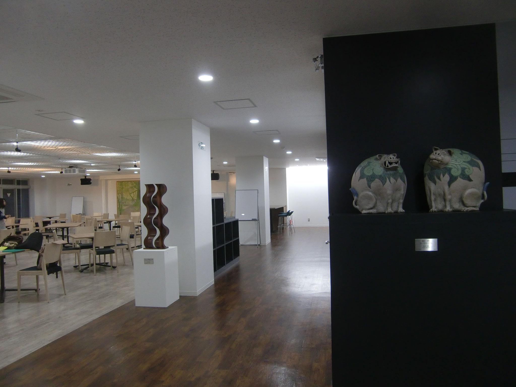 サロン入り口 右「阿吽」陶 西川 勝、 左「空にかける階段 '09-XVII」木彫刻 2009年富樫 実