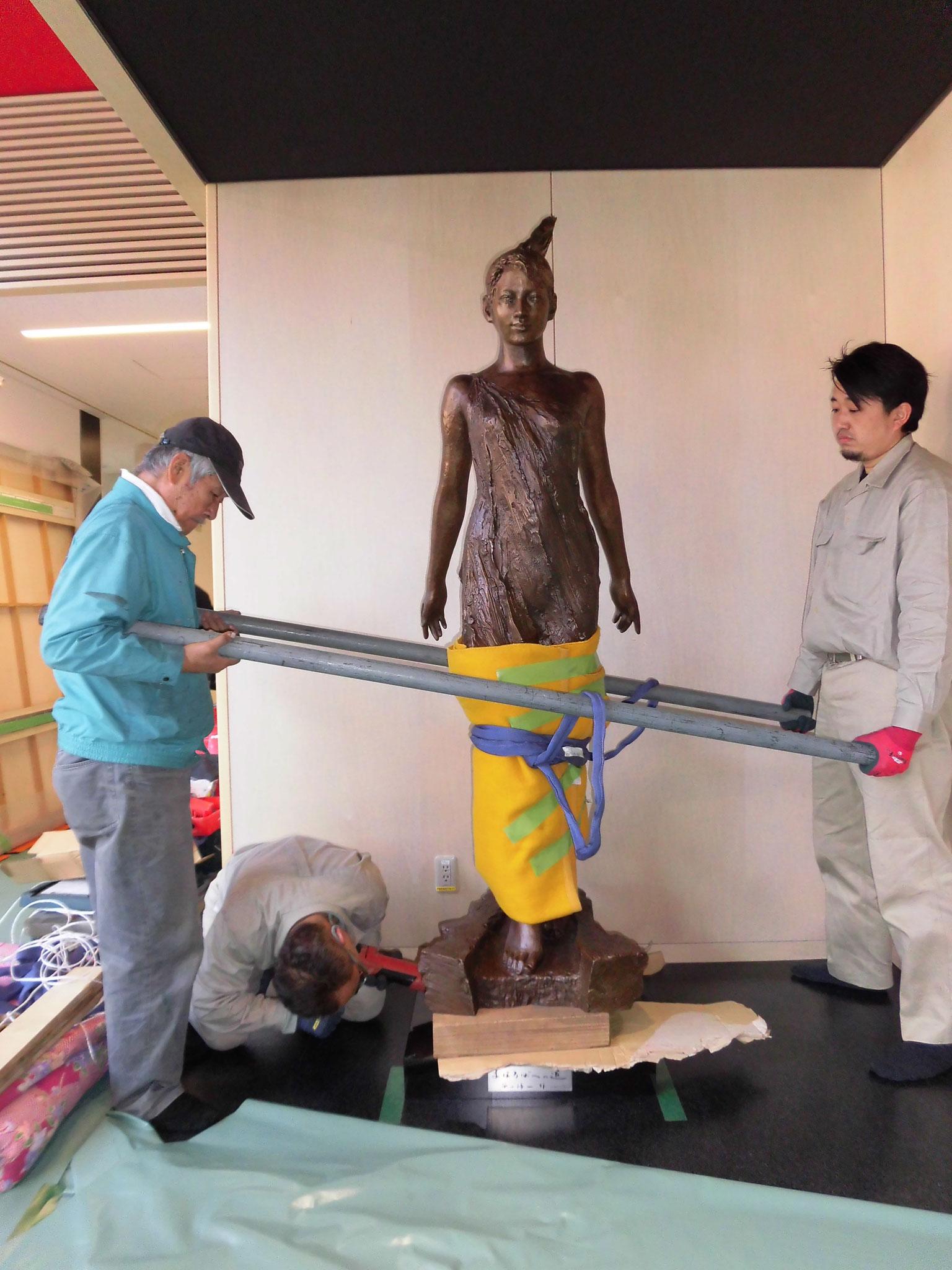 室内の作業なので、重機は使えず全て人力にてブロンズ像が設置される。