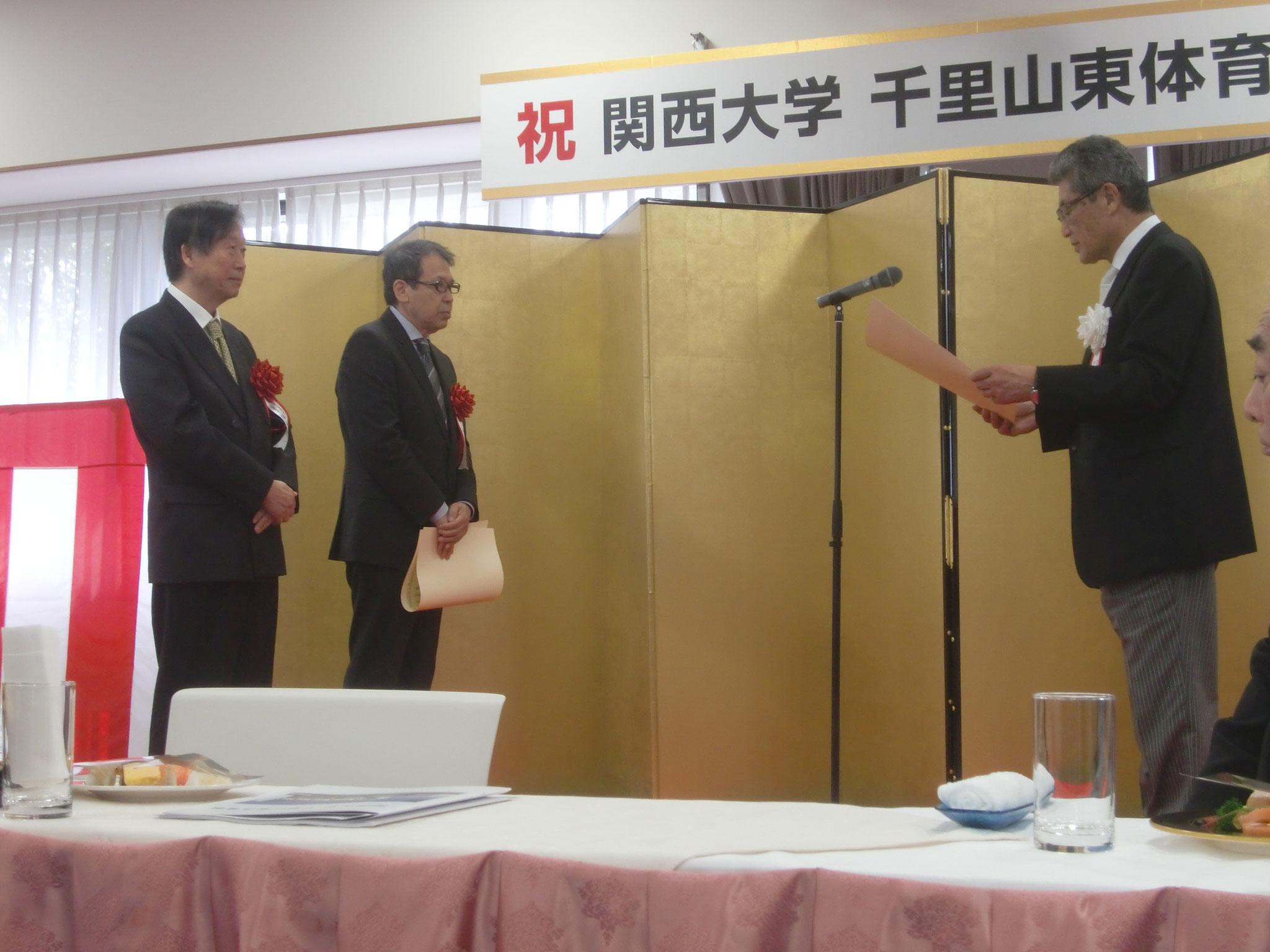 竣工式にて関西大学理事長から谷口先生、AMP代表福井が感謝状を授与される。