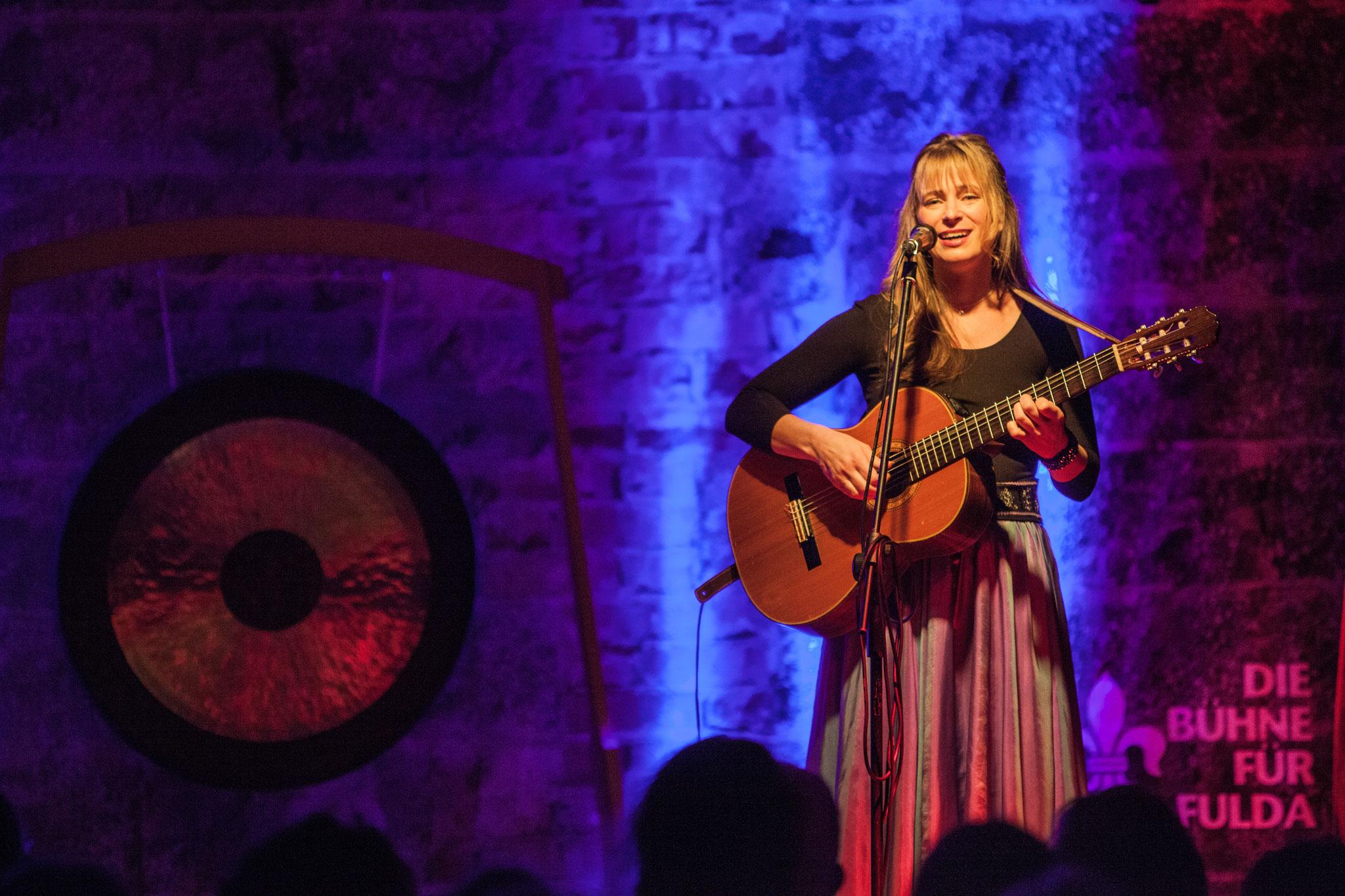 Alexandra Pesold singt ...