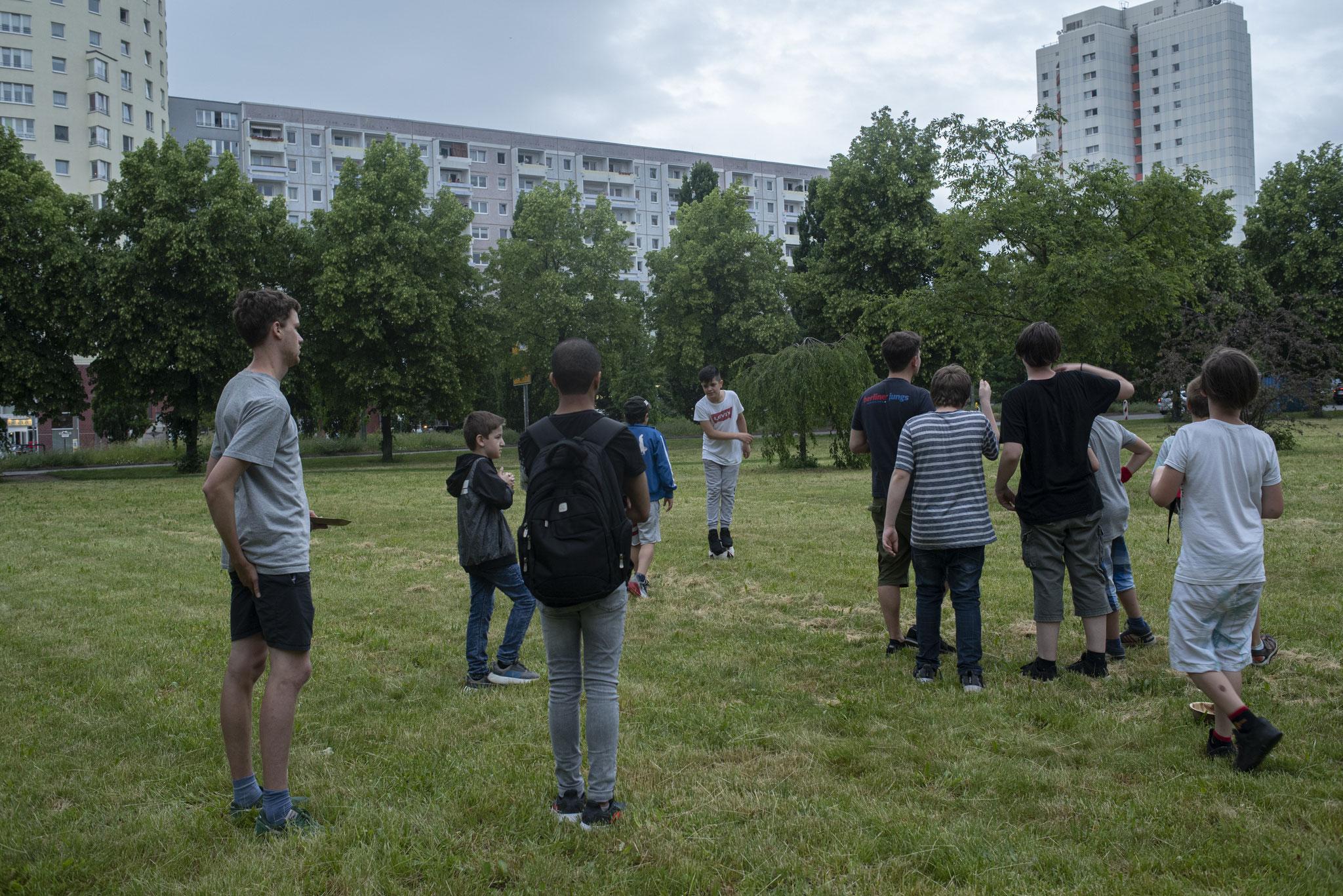 Trotz Regen spielen einige Jugendliche auf der Wiese am Warnitzer Bogen.