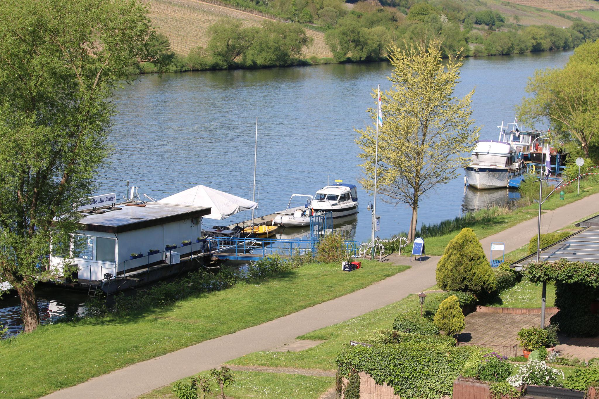 """Blick von unserem Gästehaus auf die Gaststätte """"Zur Ponte"""" und die Motorboote"""