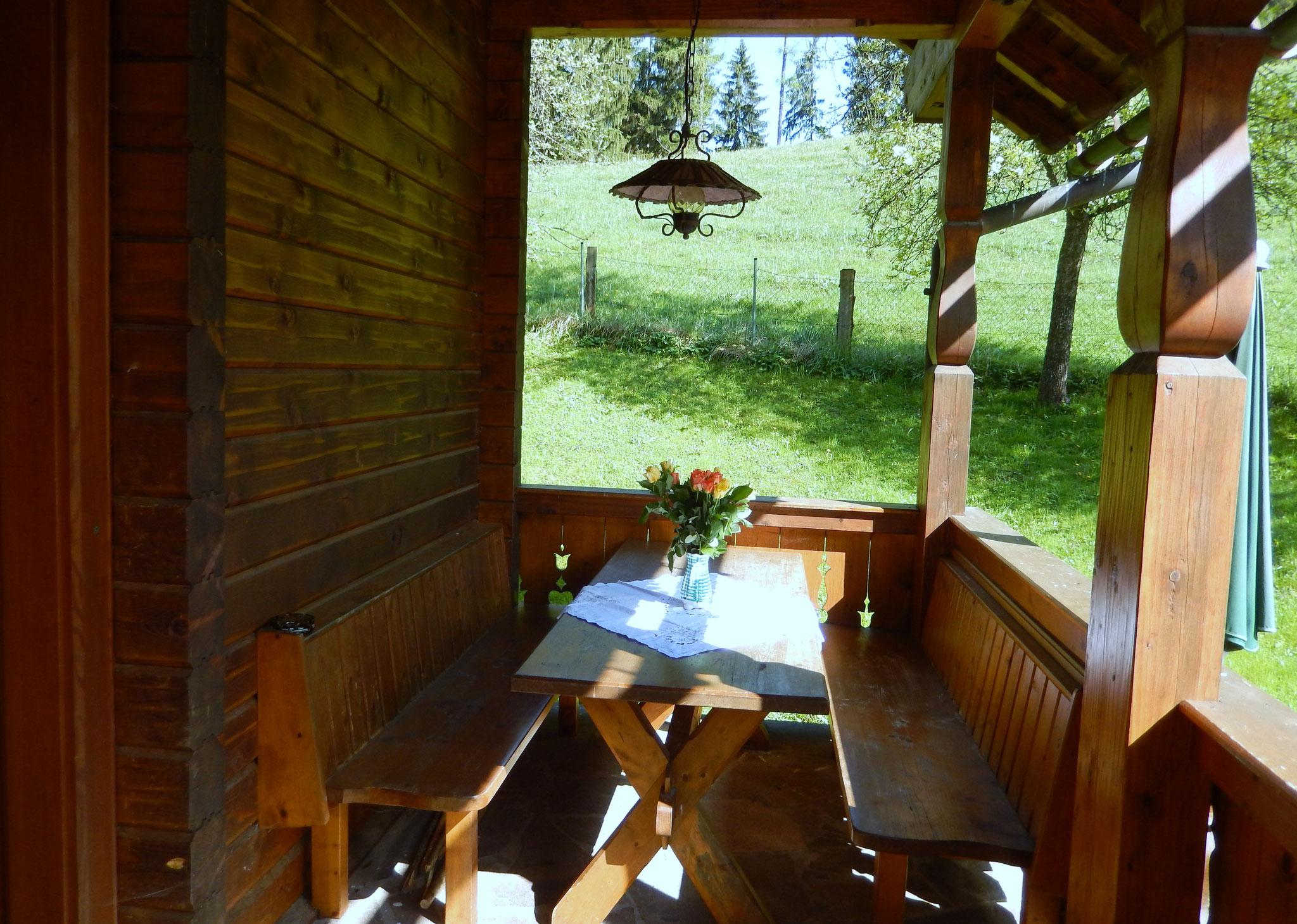 Überdachte Terrasse Bio-Blockhaus Koglerhütte