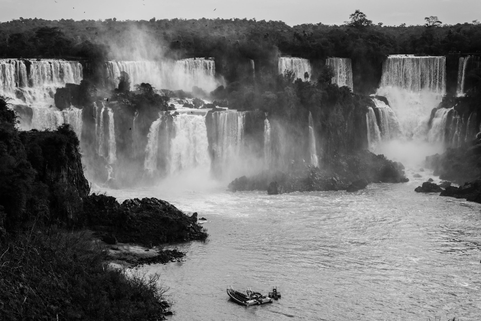 Boats in front of the waterfalls in Iguazú, boat tour possible.