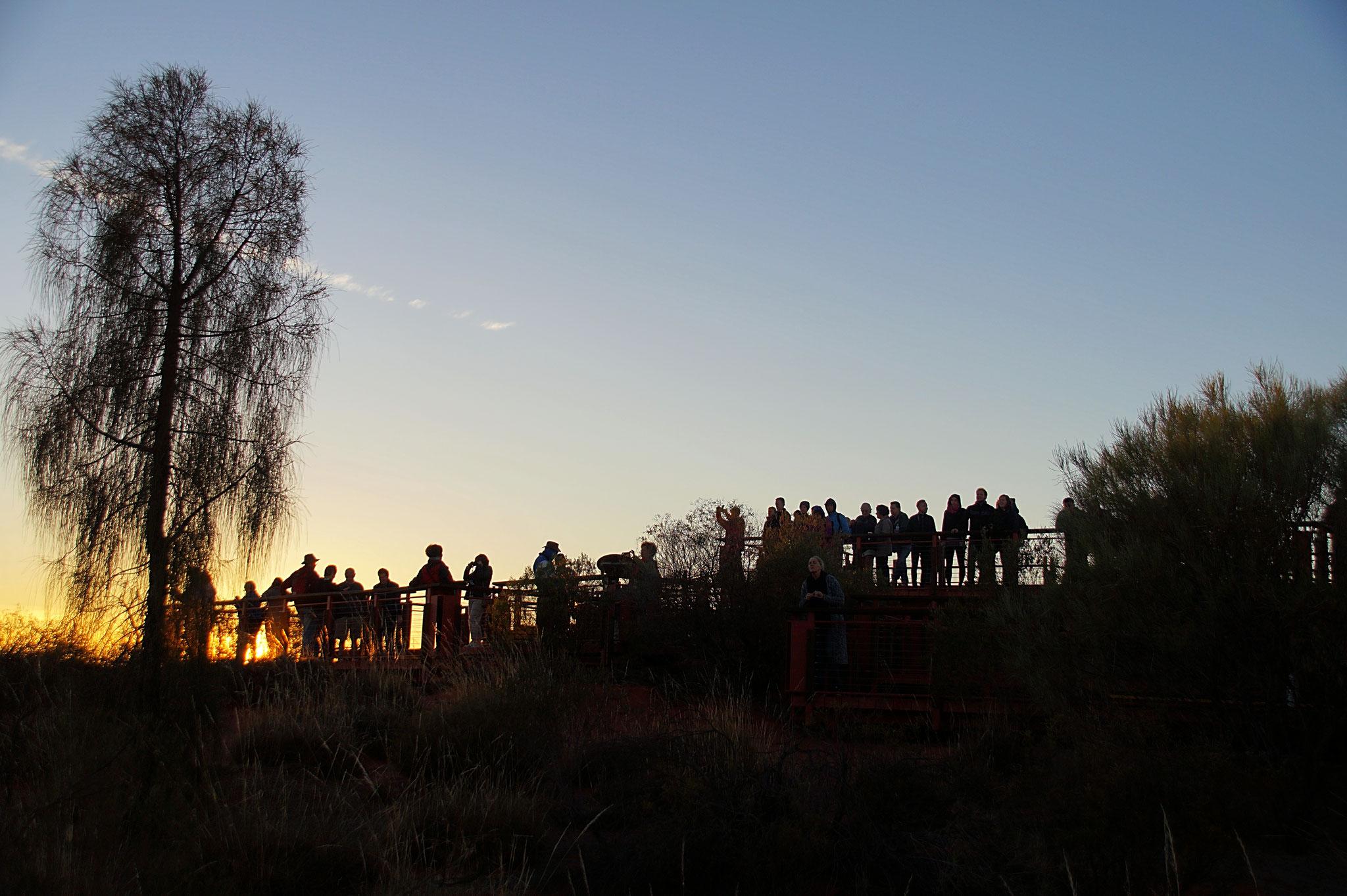Early Birds auf der Holztribüne der Sunrise Viewing Area.