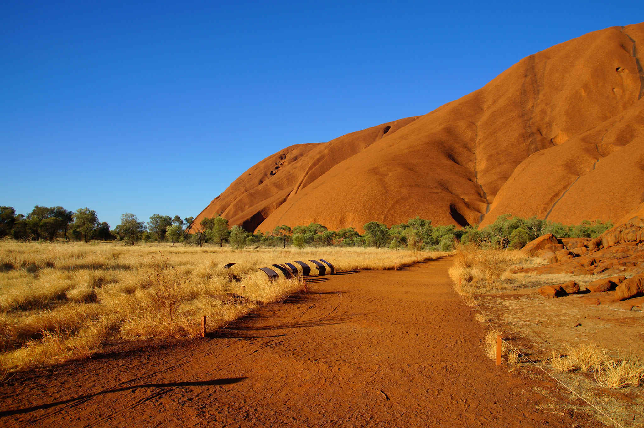 TOP 1 – Uluru und Kata Tjuta ragen eine halbe Autostunde voneinander entfernt aus der Wüste. Auf Wanderwegen erzählen Infotafeln von der Kultur der Aborigines.