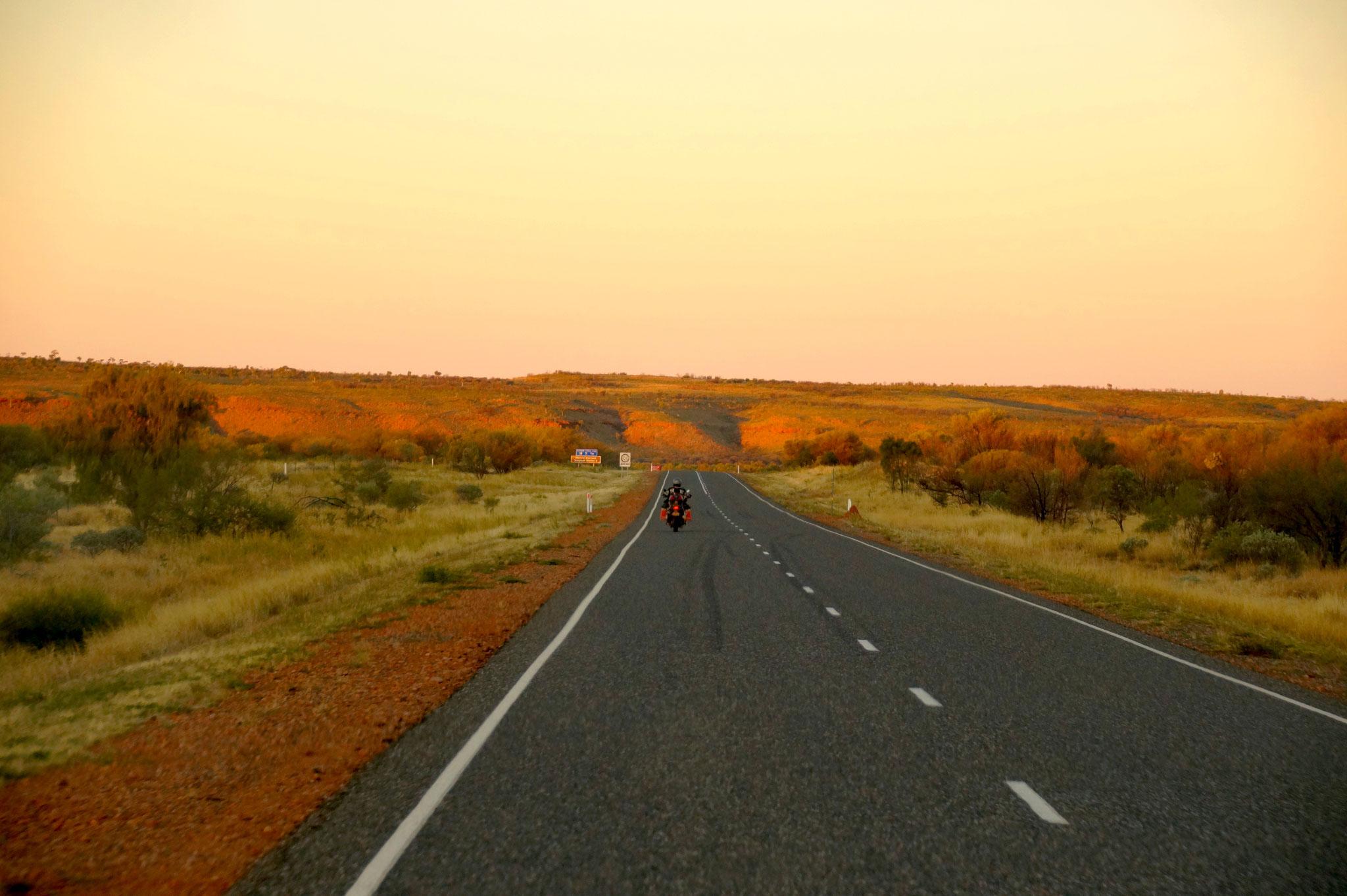 Einsamer Motorradfahrer auf dem Stuart Highway.