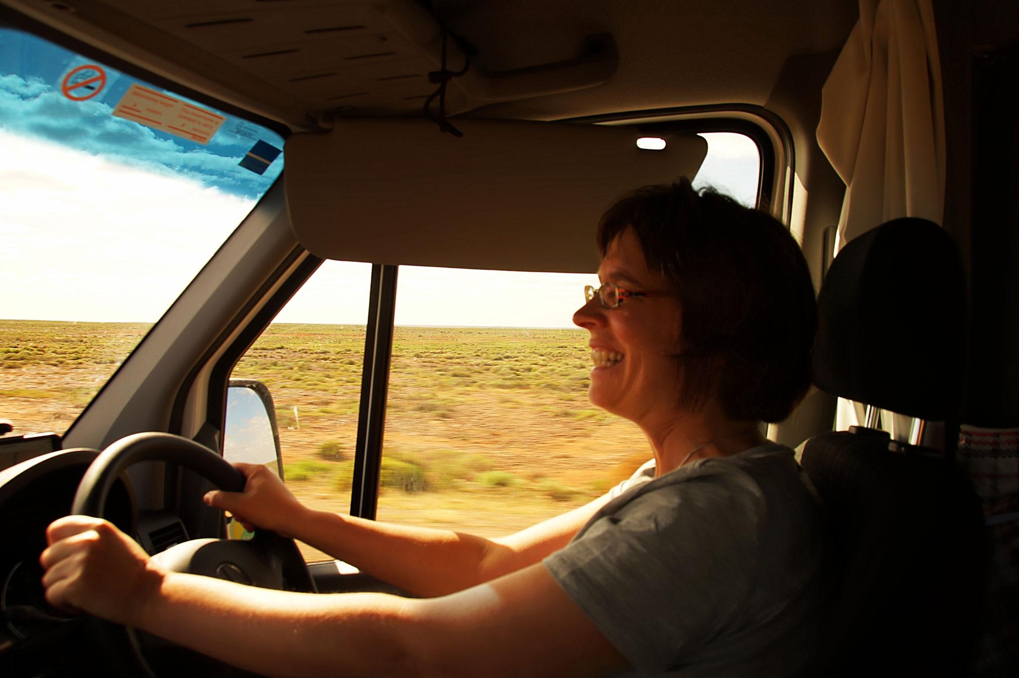 Für Frau ist Wohnmobilfahren in Australien kein Problem.