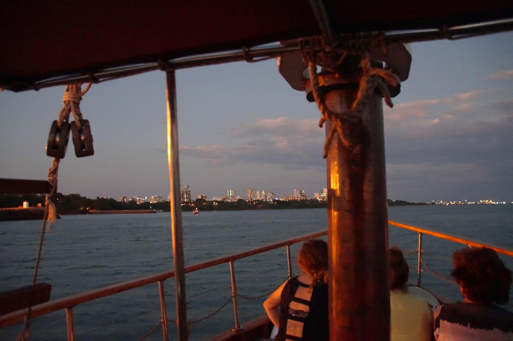 TOP 6 – Streeter Cruise Darwin. Stimmungsvolle Kreuzfahrt in den Sonnenuntergang mit kühlen Getränken und gastfreundlichem Kapitän. Postkartenansichten von Darwins Seeseite.