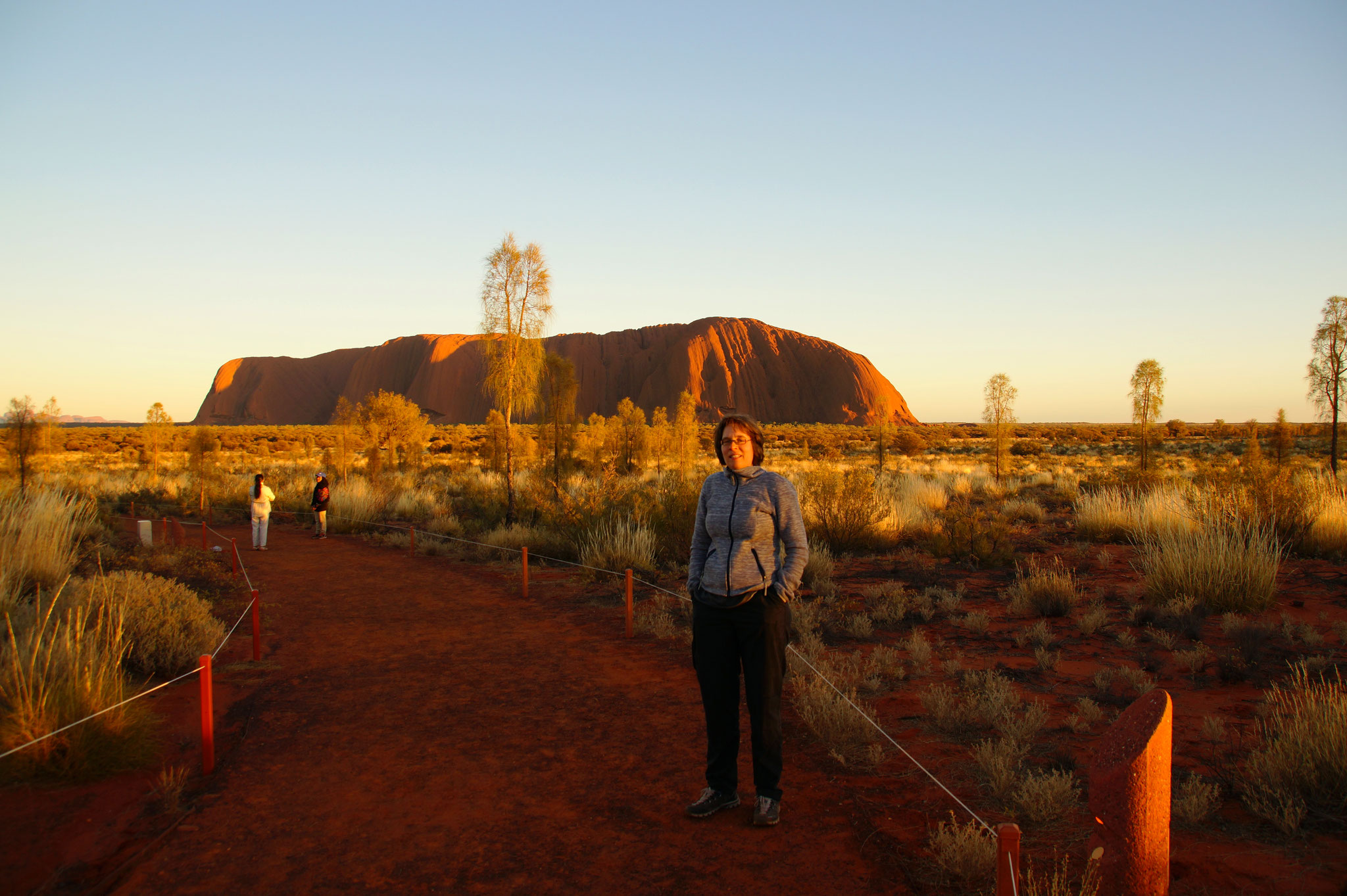 Der Base Walk umrundet den Uluru. Zehn Kilometer, am Morgen sehr angenehm.