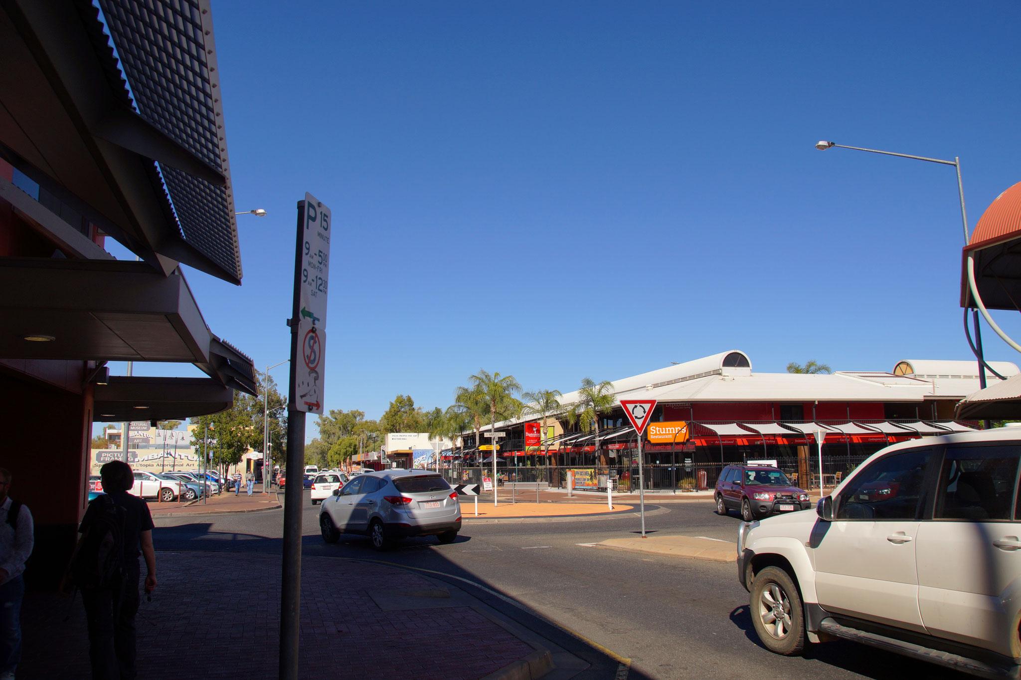 Schlichtbauten und Autos prägen die Innenstadt von Alice Springs.