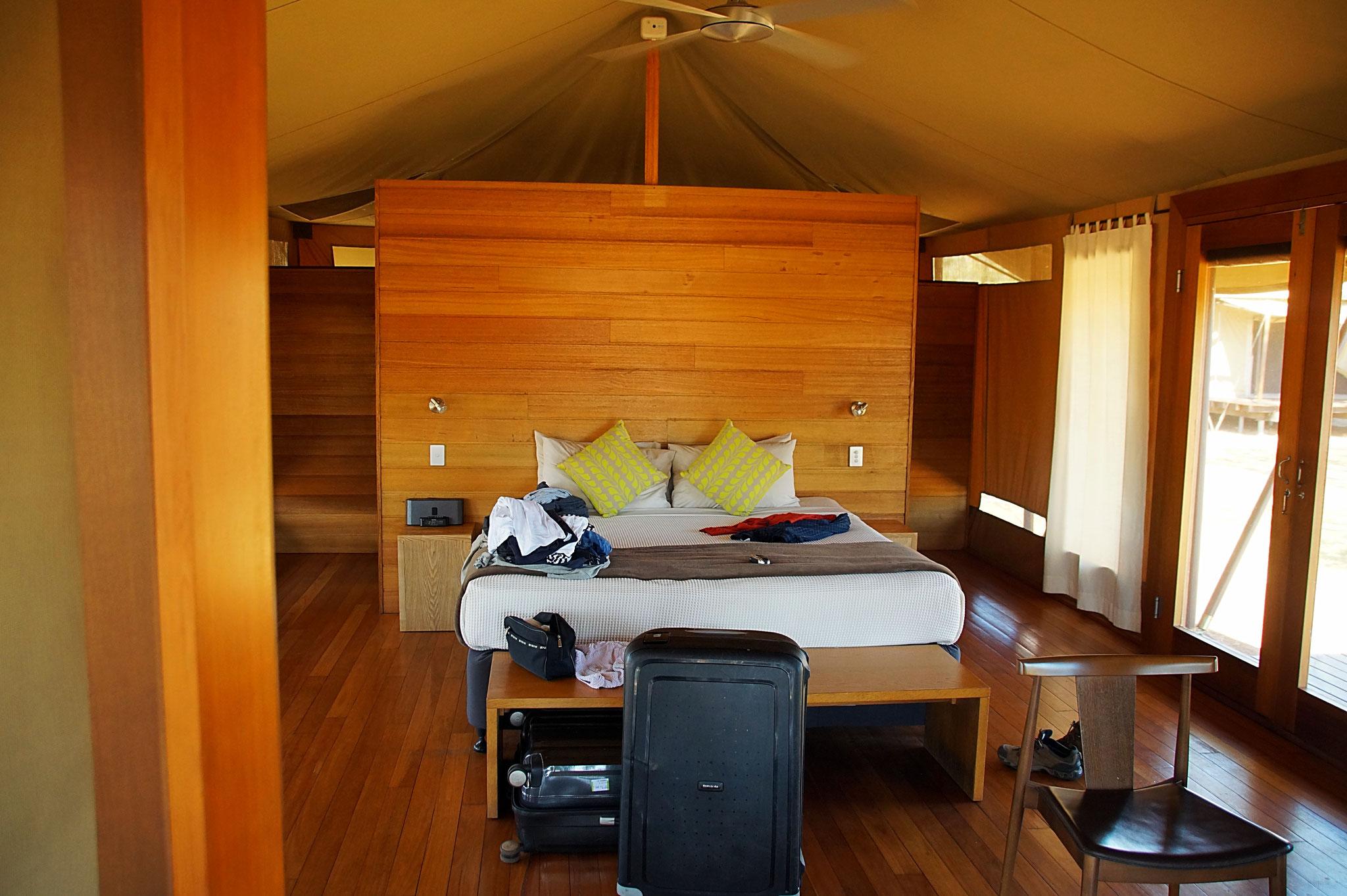 Luxuriöses Schlafzimmer im Zelt, dahinter das Bad.
