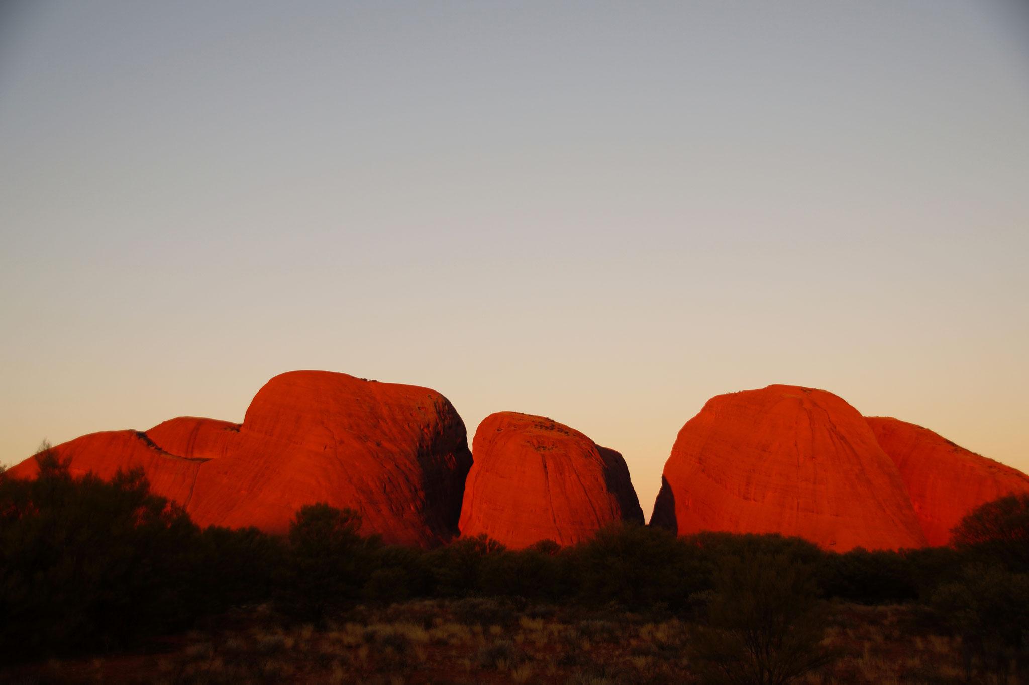 Auch die Kata Tjuta leuchten bei Sonnenuntergang.