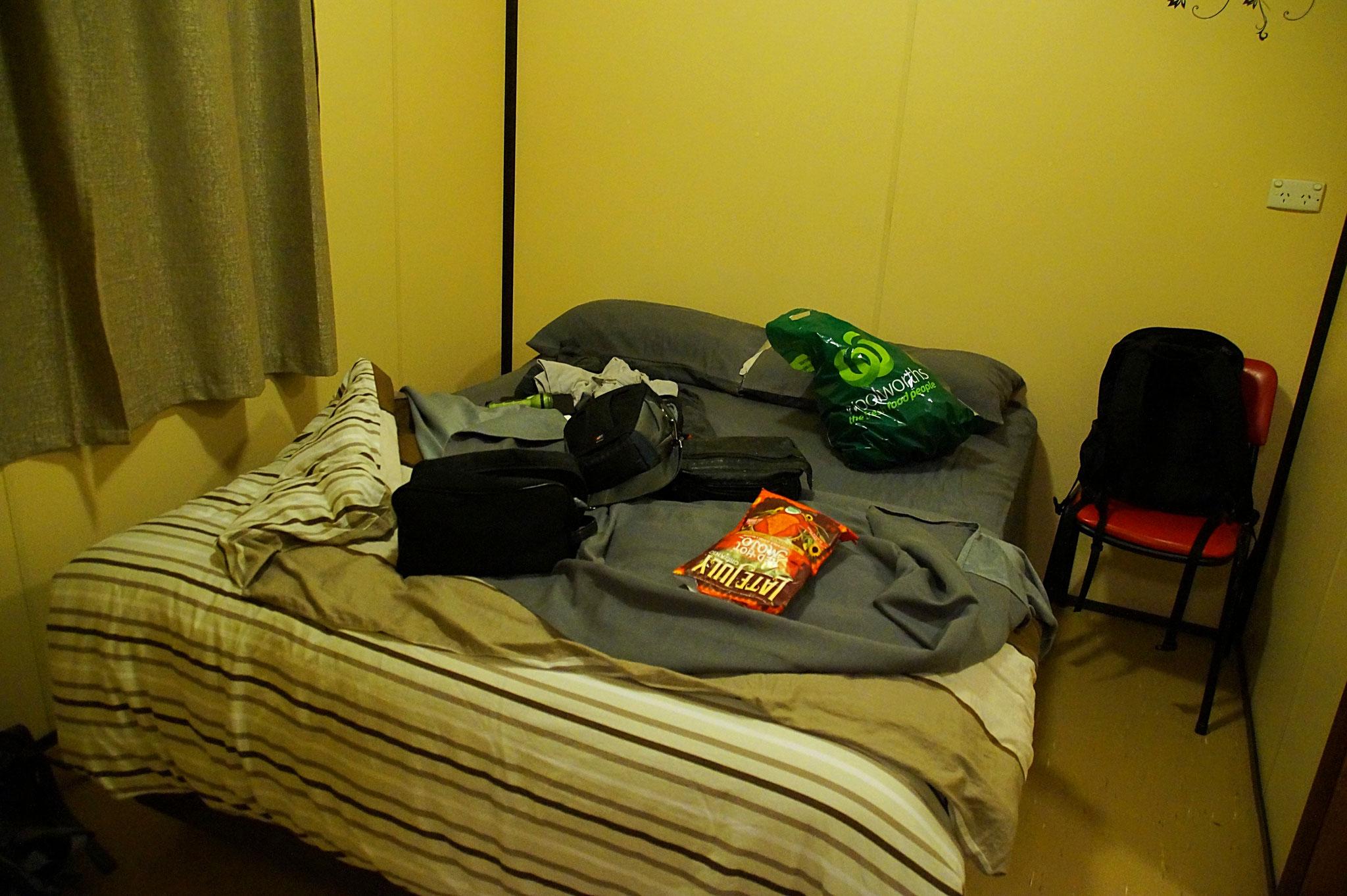 Schlichtes Schlafzimmer mit Doppelbett.
