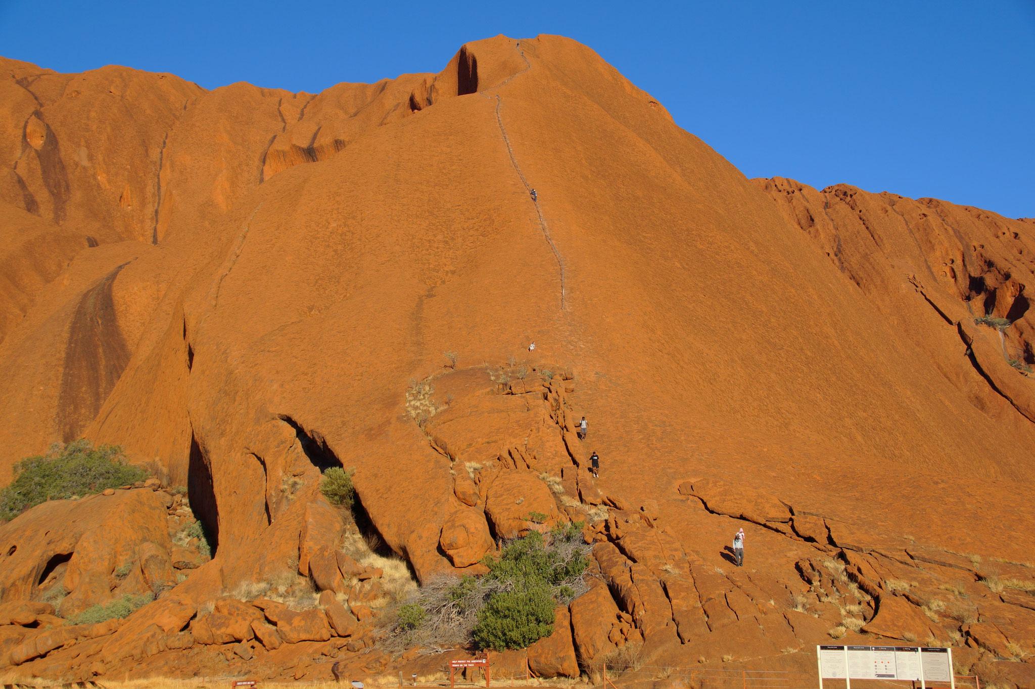 Das Klettern auf den heiligen Felsen wird nach langjährigem Protest der Aborigines verboten.