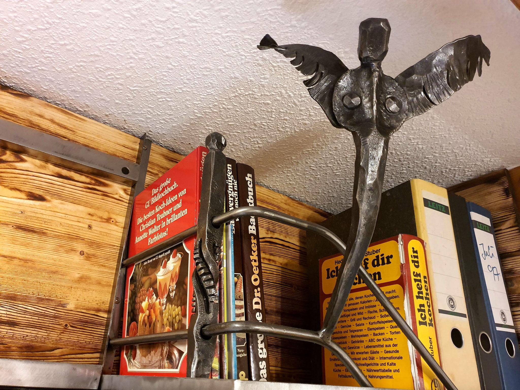 Von Hand geschmiedeter Engel mit Regalgitter mit verdrehten Würfeln