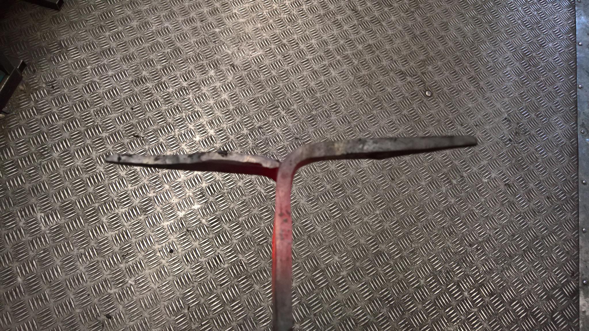 Der Flachstahl wird gespalten und die Enden um 90° gegensätzlich abgewinkelt.