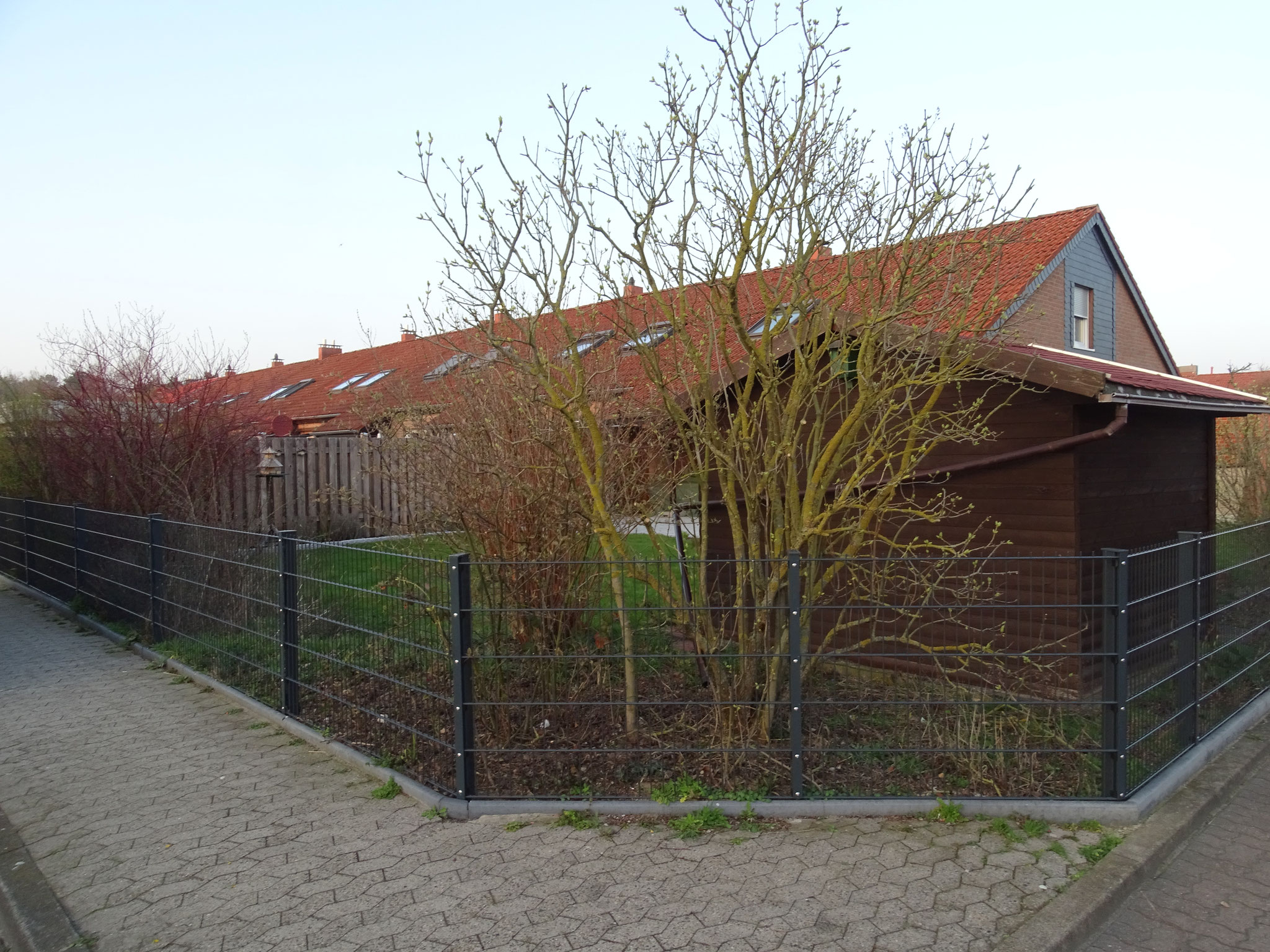 Ansicht von außen mit Zaun