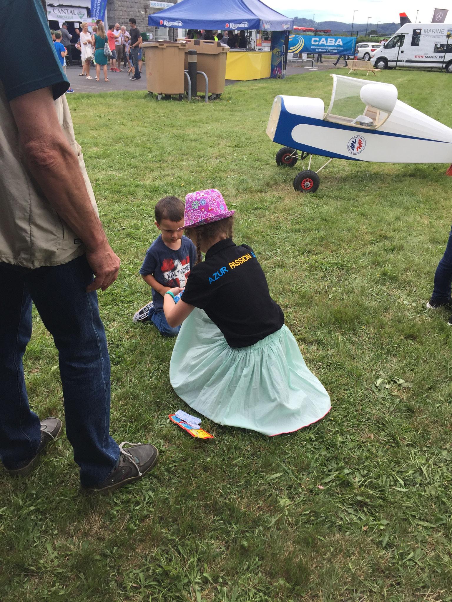 Domitylle aide à construire un planeur avec un enfant