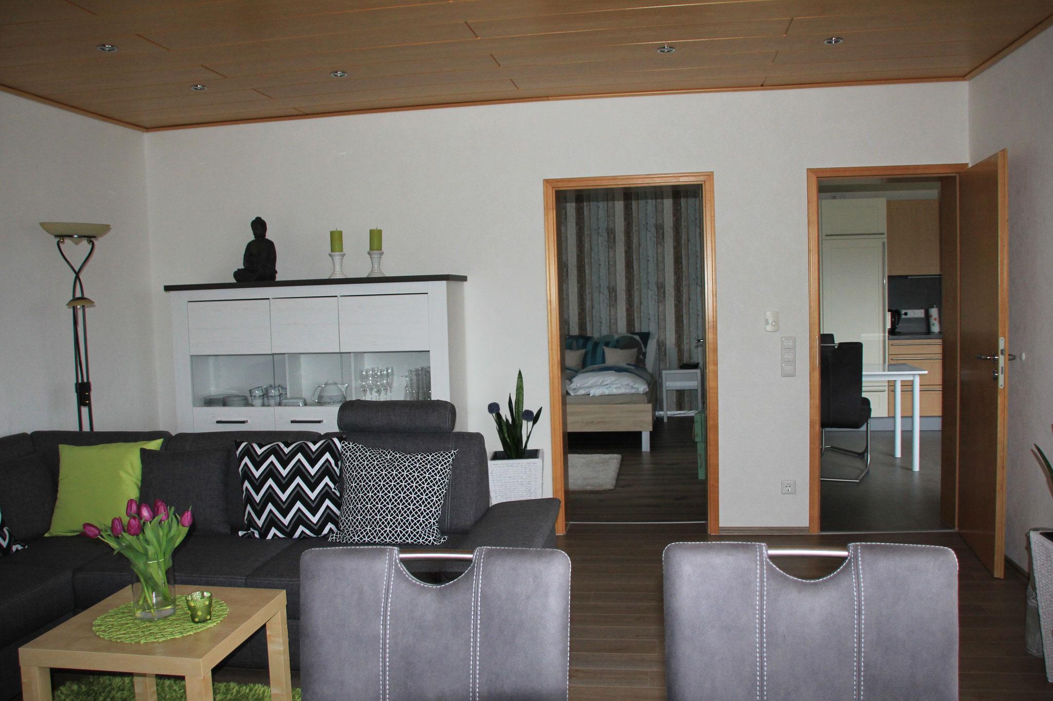 Wohnzimmer (mit Blick auf Schlafzimmer 1  & Küche)