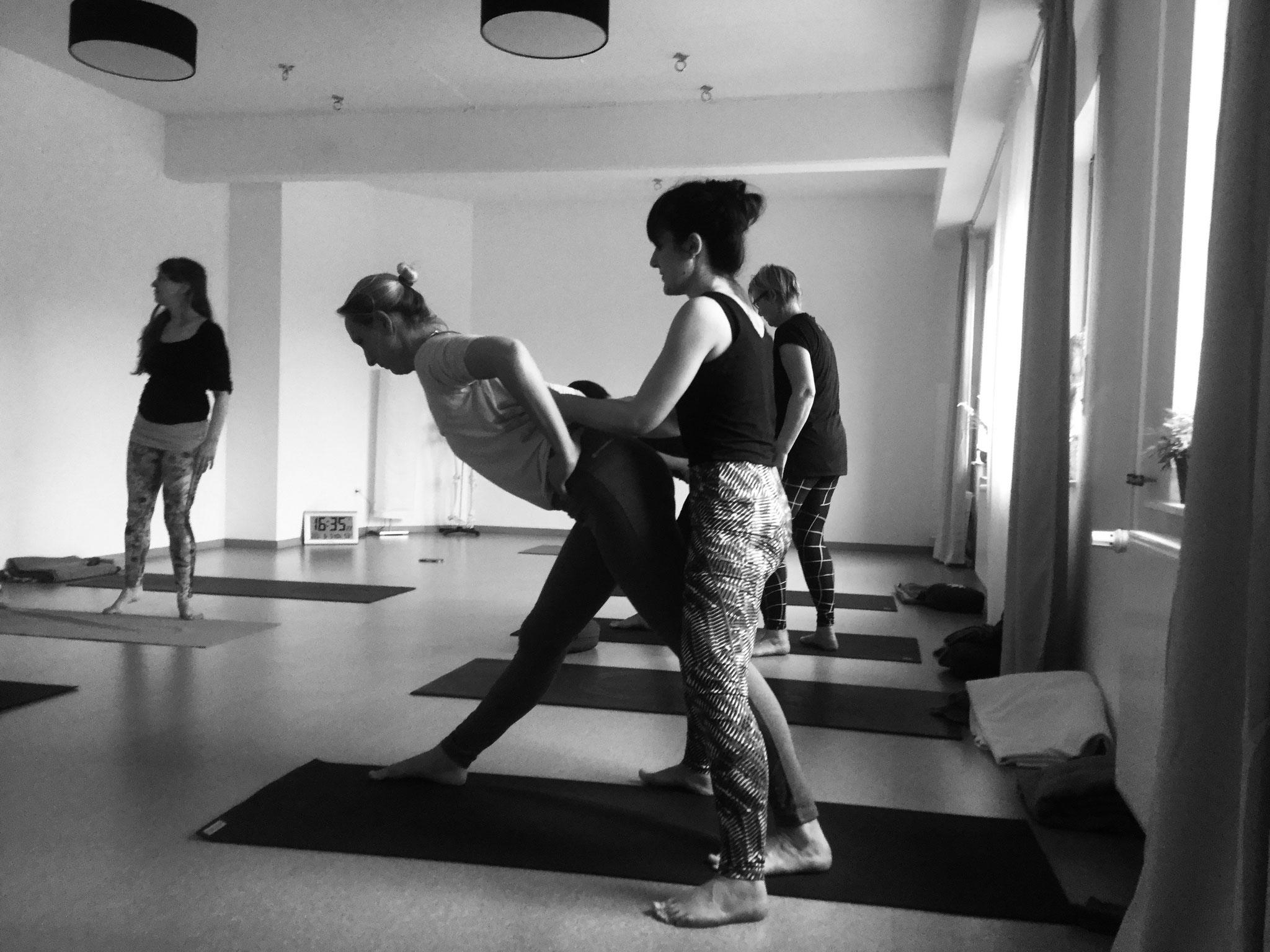 Yoga Asanas korrigieren im Chuck Miller Workshop bei Yamida - Yogaschule Lüdinghausen