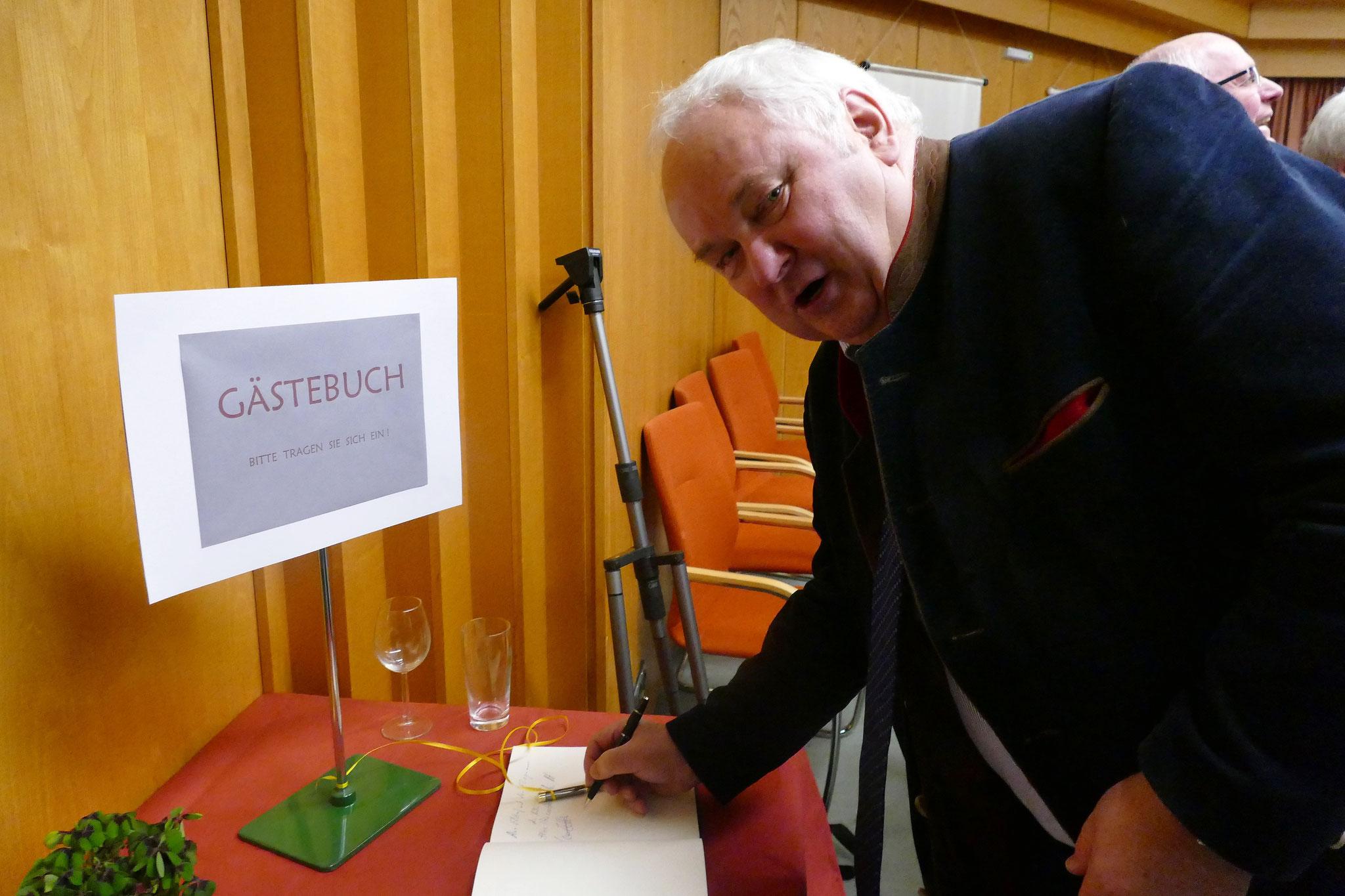 Der niedersächsische Landtagsabgeordnete Heiner Schönecke (CDU) trägt sich ins Gästebuch ein