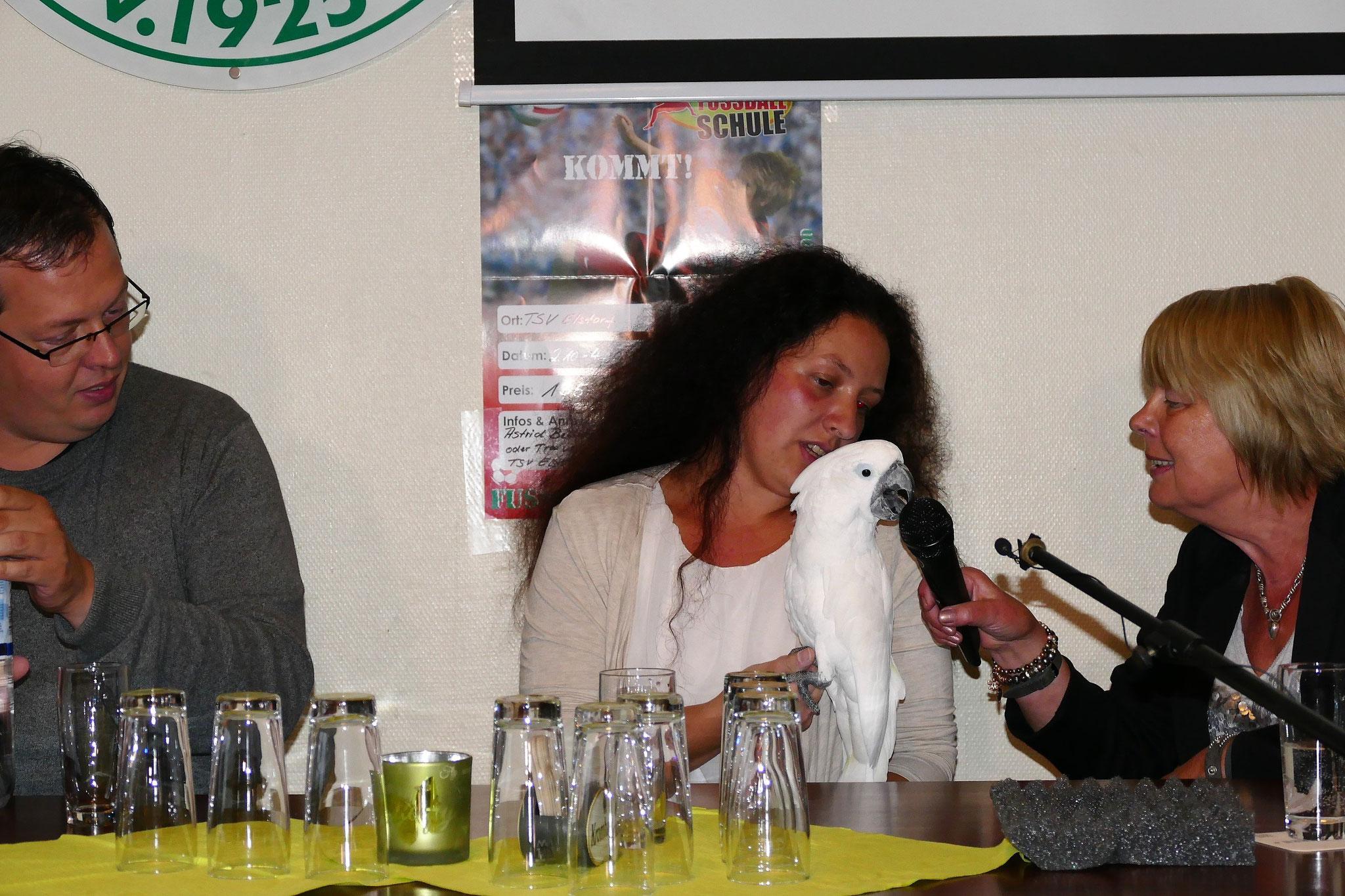 """Nach Wirtschaft, Kultur und Politik lockern jetzt Anne Schumann und André Weseloh mit Kakadu """"Sammy"""" die Talkrunde auf"""