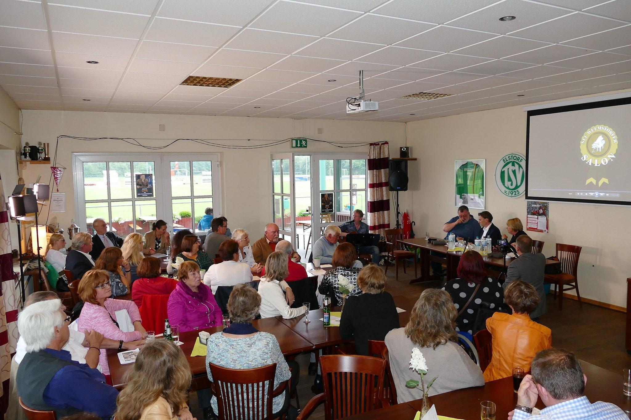 """Im SportlerTreff TSV Elstorf warten rund 70 Gäste auf den Beginn der """"Karitativen Talkshow aus Neu Wulmstorf"""""""