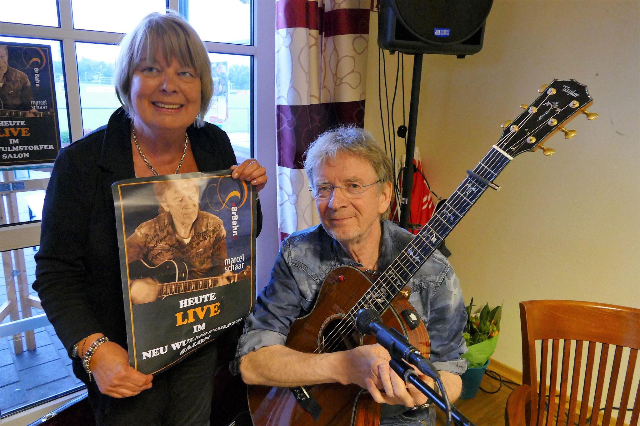 Singer/Songwriter Marcel Schaar überreicht Moderatorin Sylvia Karasch ein handsigniertes Plakat ...