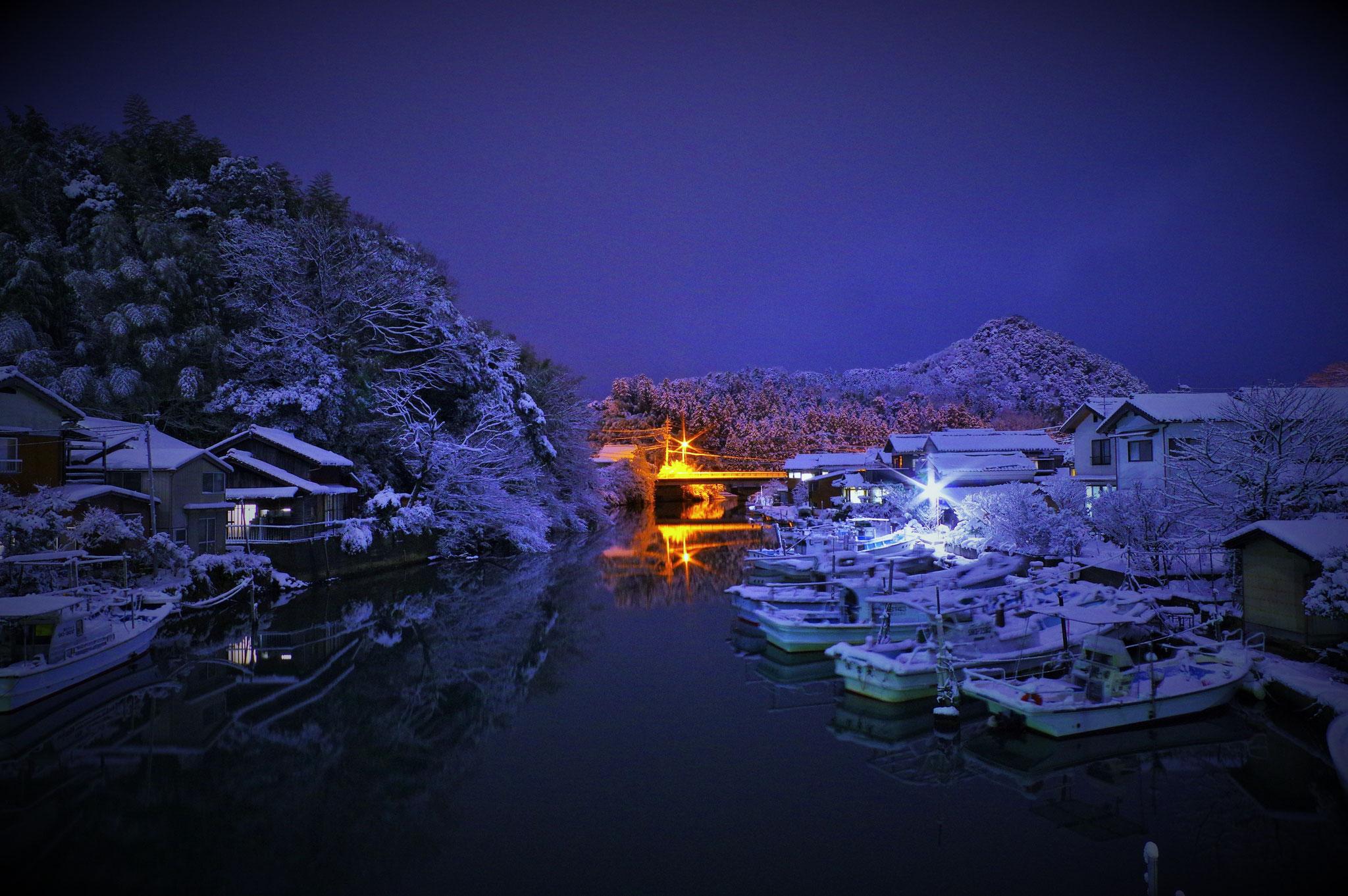 雪の夜の八尾川