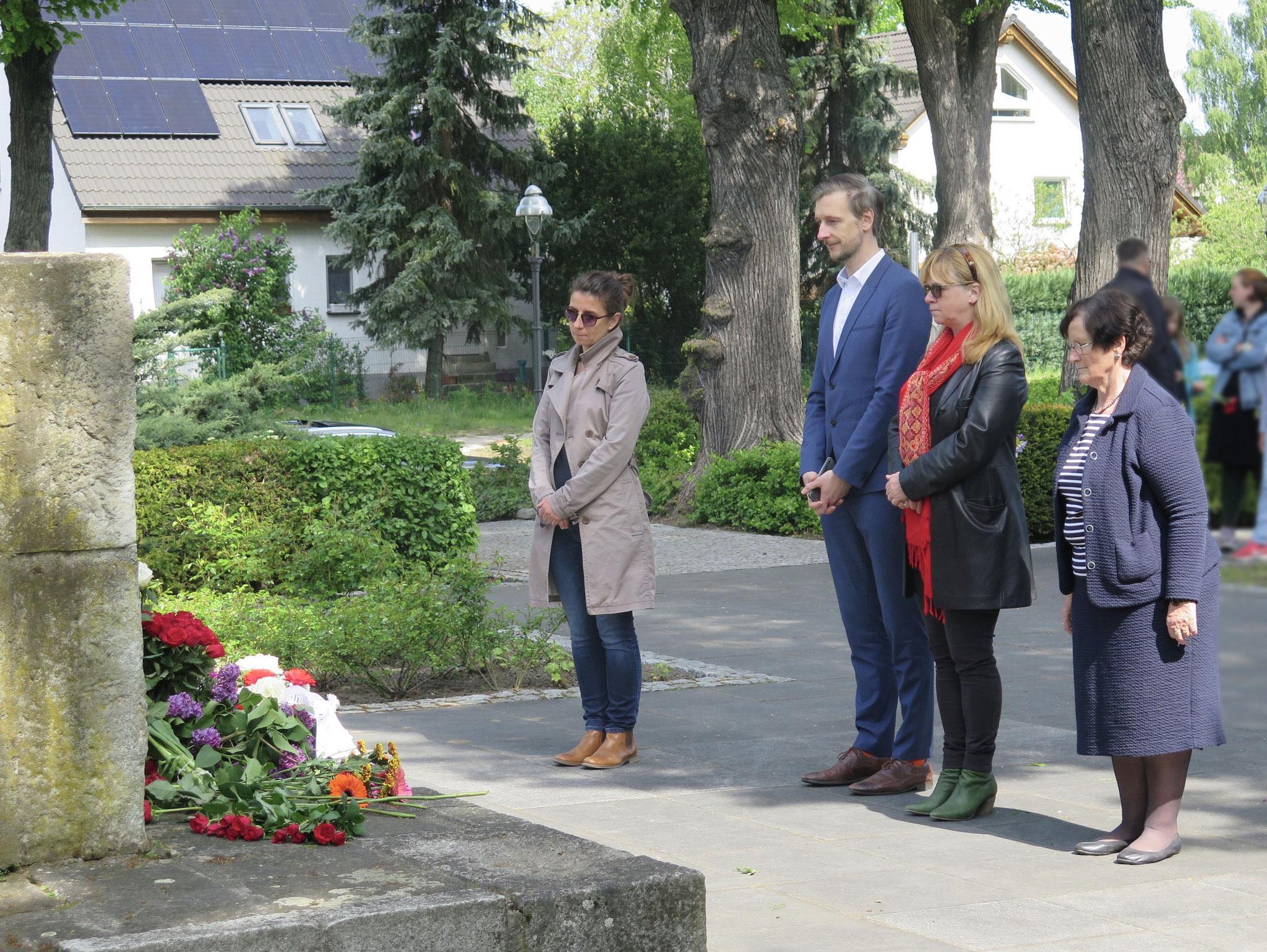 Fast das komplette Bezirksamtskollegium nahm an der Gedenkveranstaltung teil: V. l. n. r.: Nadja Zivkovic (CDU), Gordon Lemm (SPD), Juliane Witt und Dagmar Pohle (beide Linke)