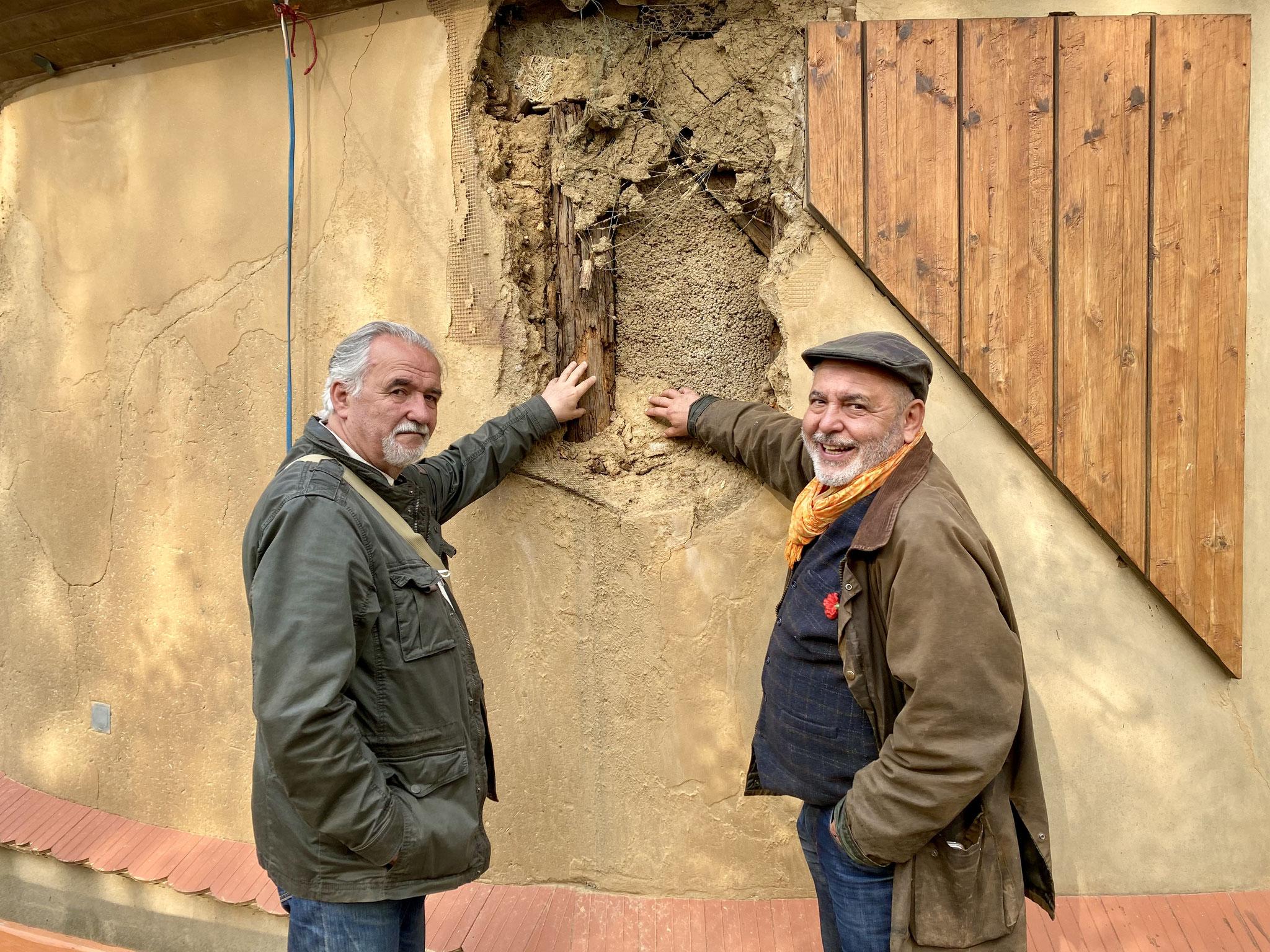 Thomas Stern und Matthias Bielor begutachten das riesige Loch in der Lehmwand.