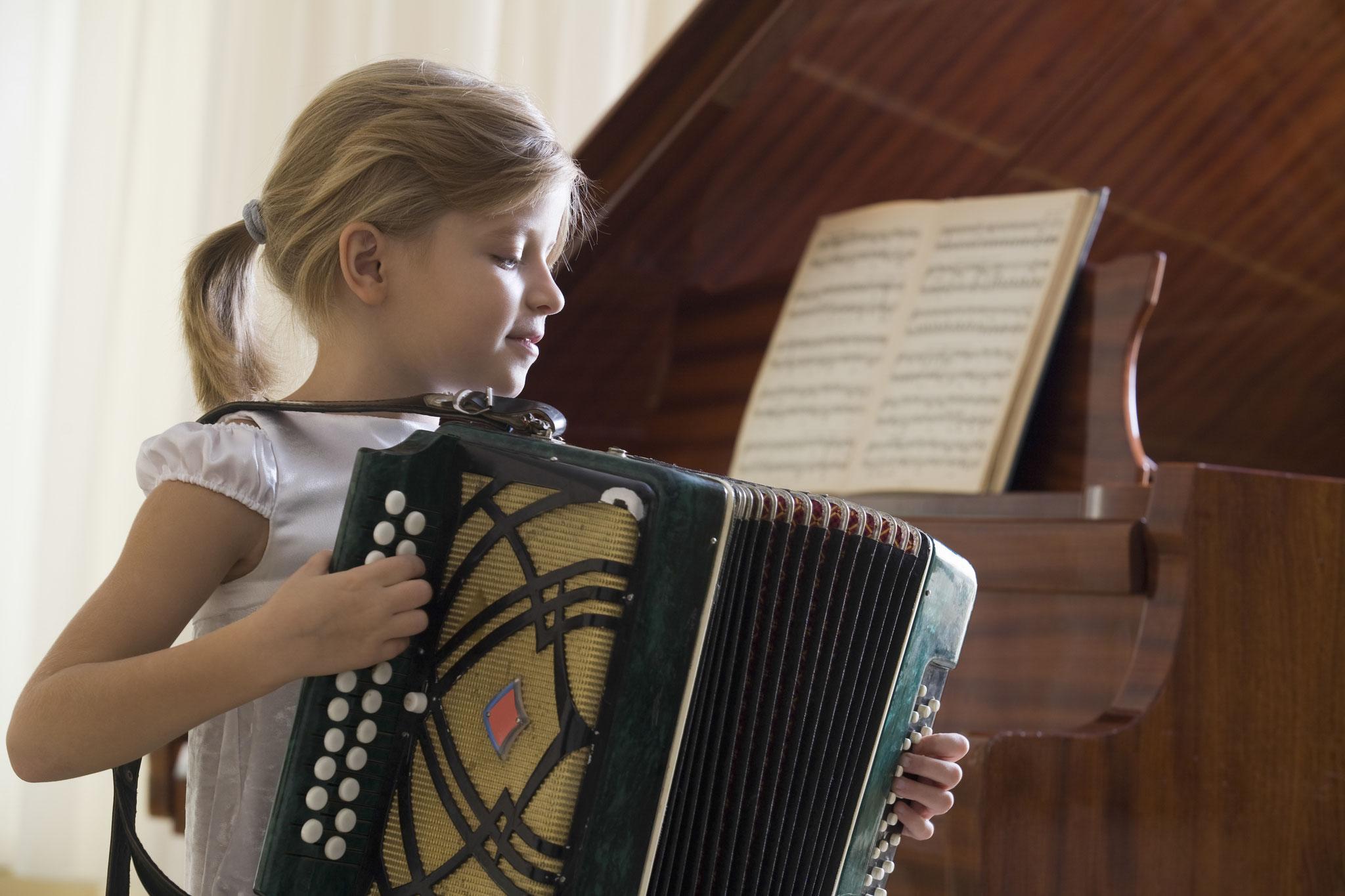 Tipp 6: Sa, 2.11., 10-13 Uhr: Schnupperunterricht in der Musikschule (Maratstraße 182) © moodboard, Adobe Stock