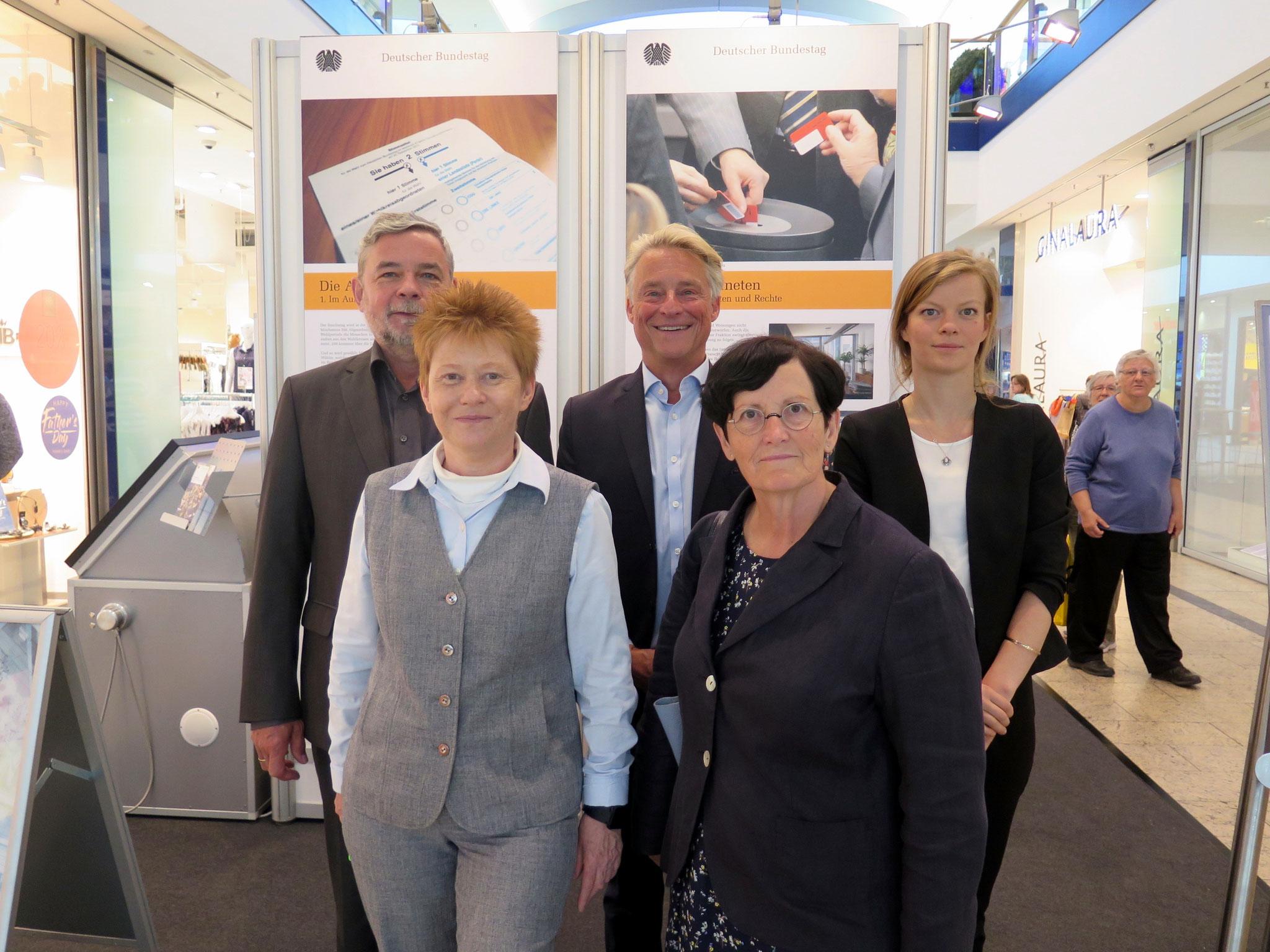 Von links nach rechts: Bernd Müller, Technischer Leiter des Eastgate, Petra Pau, Michael Kresin,  Dagmar Pohle und Teresa Busse