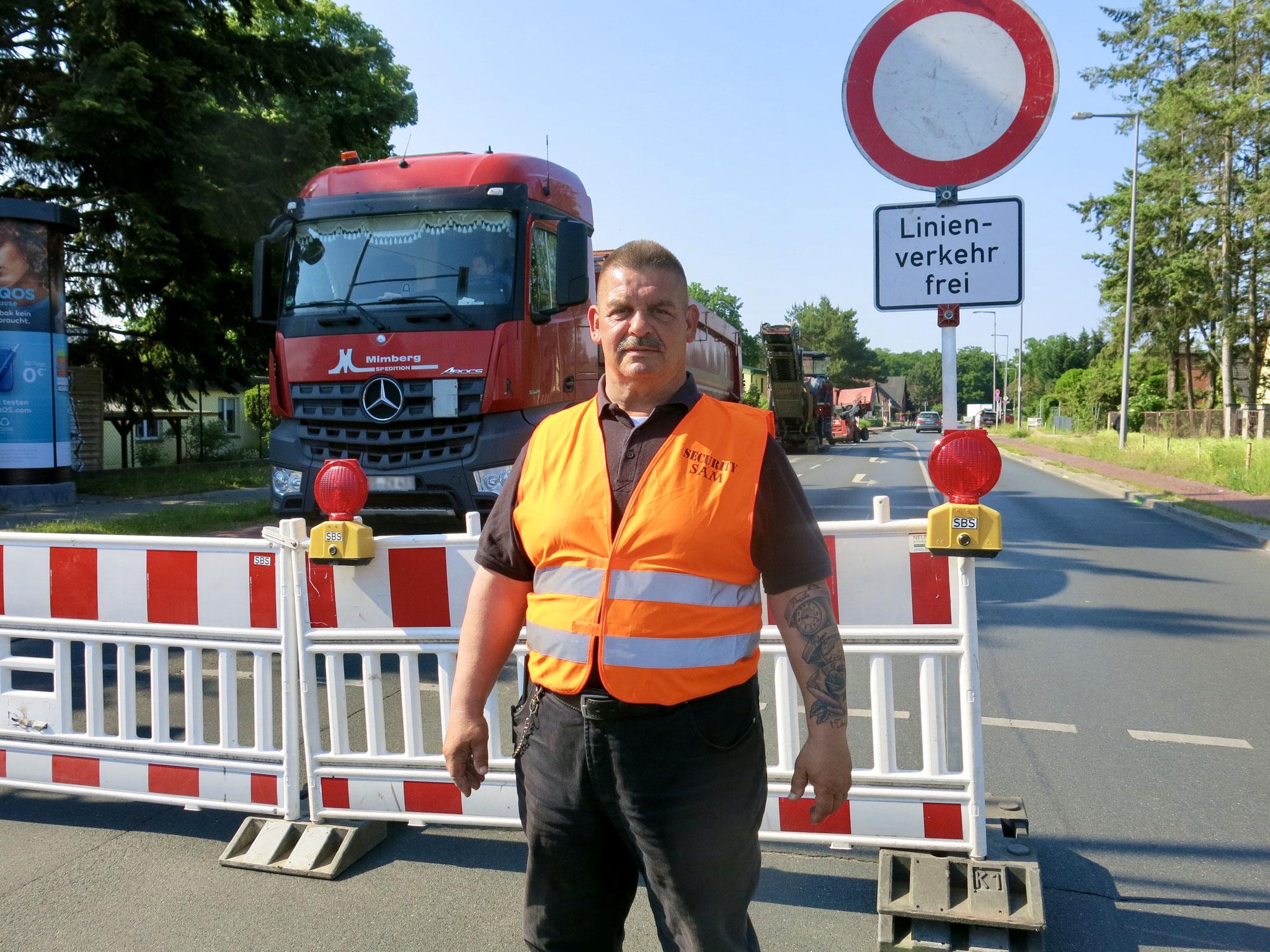 Thomas Riedel sorgt für die Baustellenabsicherung.