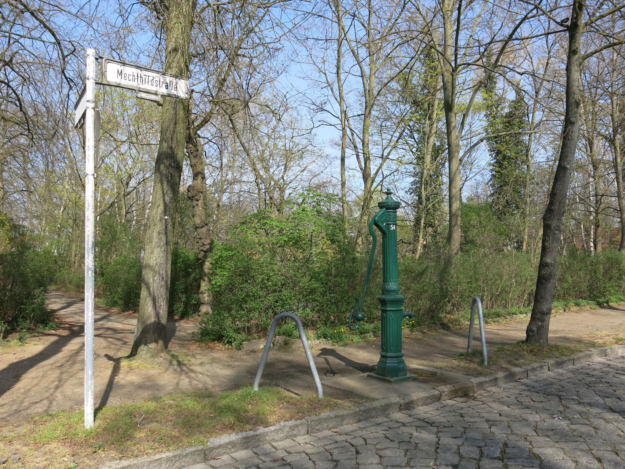 Tipp 8: Körnerteich und -platz: Das rechteckige Biotop in Mahlsdorf wird von der Uhland-, Kohlis-, Mechthild- und Seestraße begrenzt.