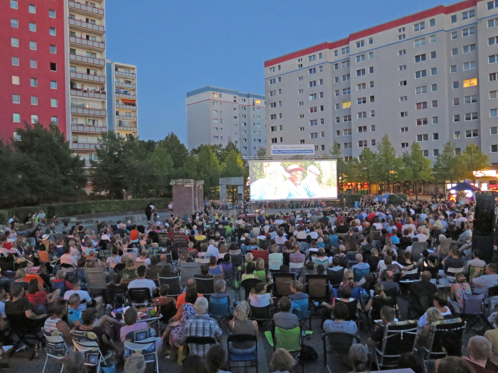 Tipp 1: Balkonkino der Stadt und Land. Eat Pray Love (USA 2010). Wann? Fr, 9.8. Filmstart: 21.15 Uhr, Live-Musik ab 19 Uhr (Peter B. Partyband). Wo? Cecilienplatz, U-Bhf. Kaulsdorf-Nord