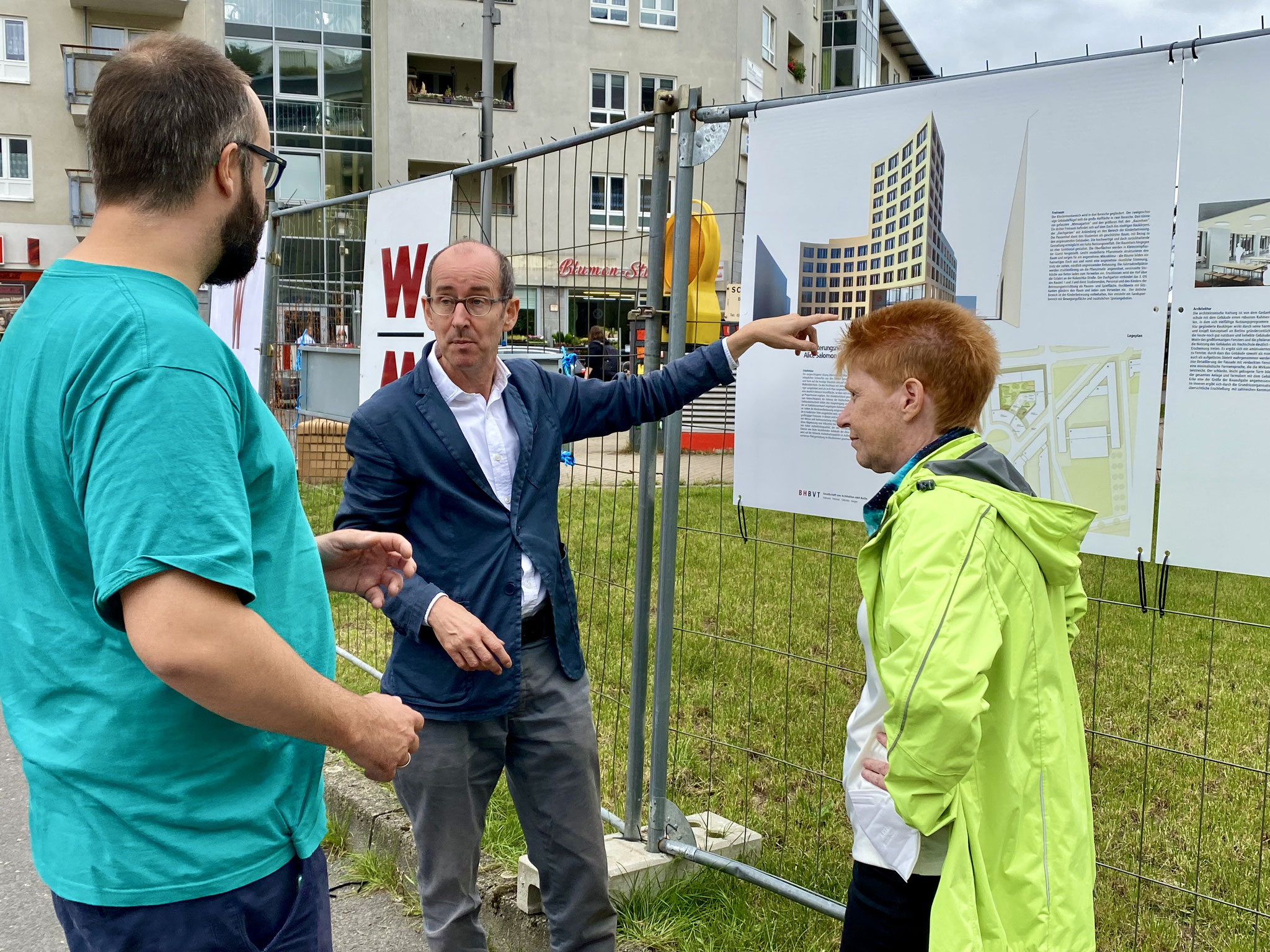 Der Linken-Verordnete Steffen Ostehr und Bundestagsvizepräsidentin Petra Pau lassen sich die Pläne erläutern.