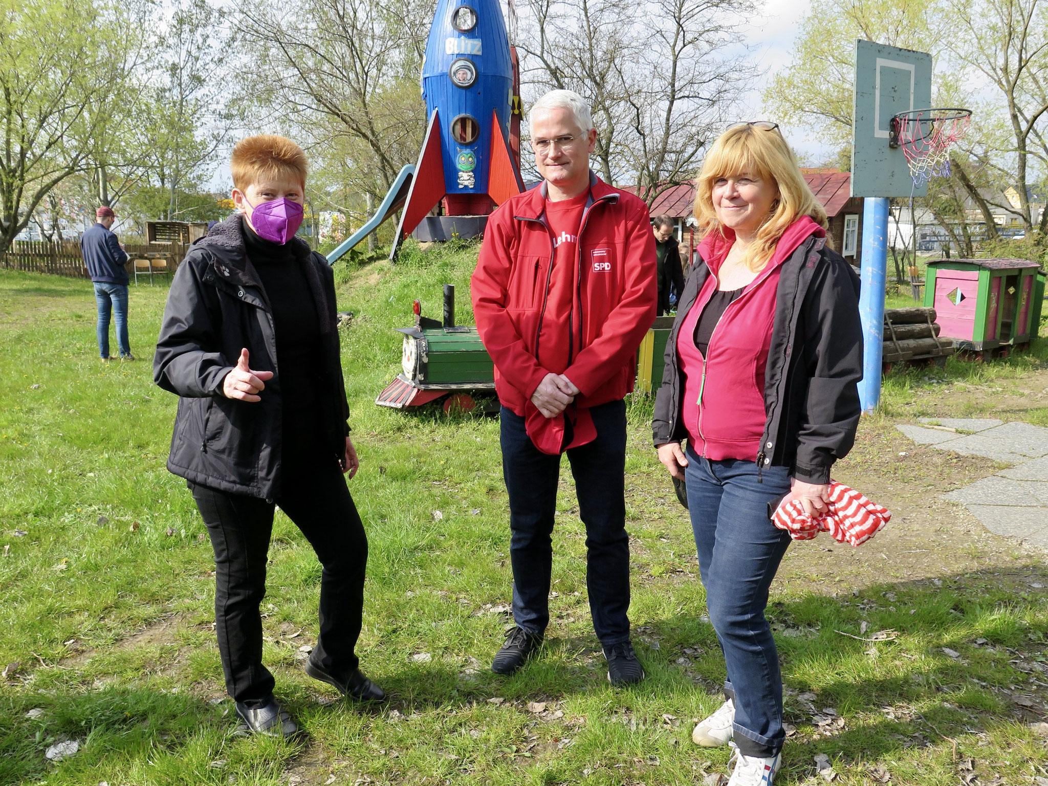Petra Pau (Linke), Jan Lehmann (SPD) und Juliane Witt (Linke) nach der Fahrraddemo auf dem Spielplatz in der Schorfheidestraße.