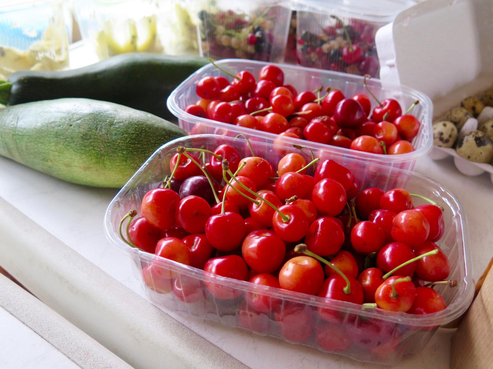 Hier gibt es frisch geerntetes Obst und Gemüse direkt vom Erzeuger.
