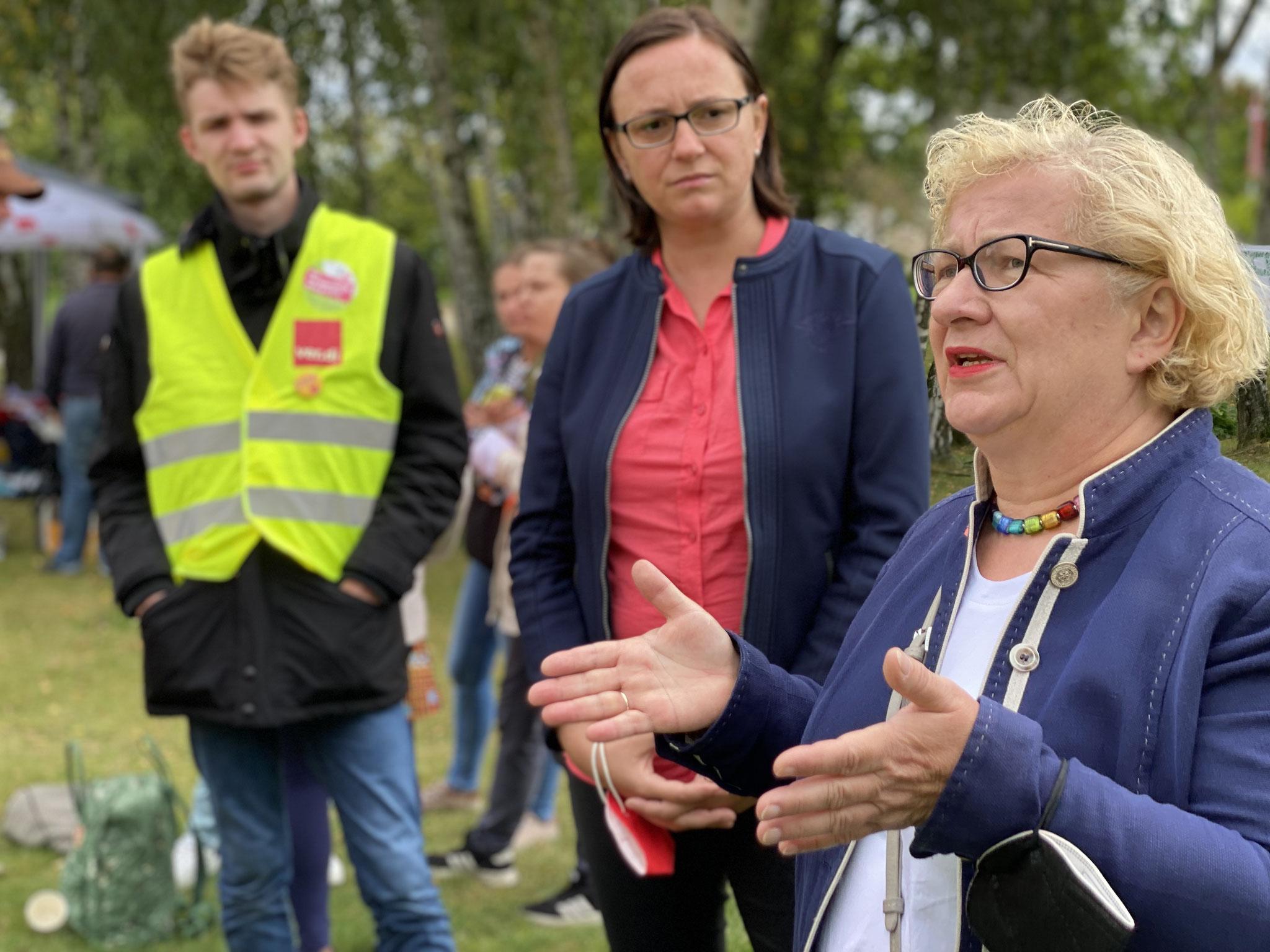 Dr. Manuela Schmidt (Linke) erklärt ihre Solidarität mit den Streikenden.