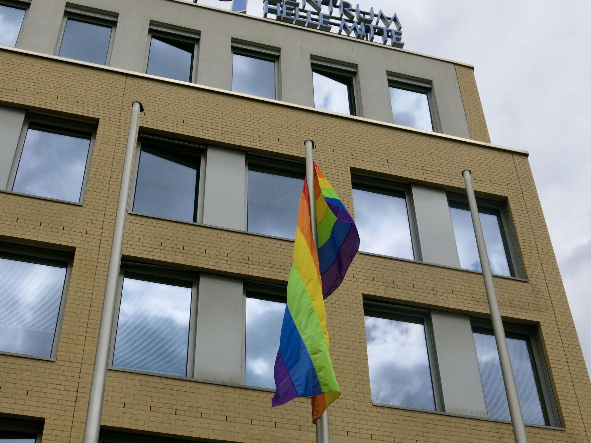 Die Fahne ist das internationale Zeichen für die Verbundenheit bzw. Solidarität mit der LGBTQI-Community.