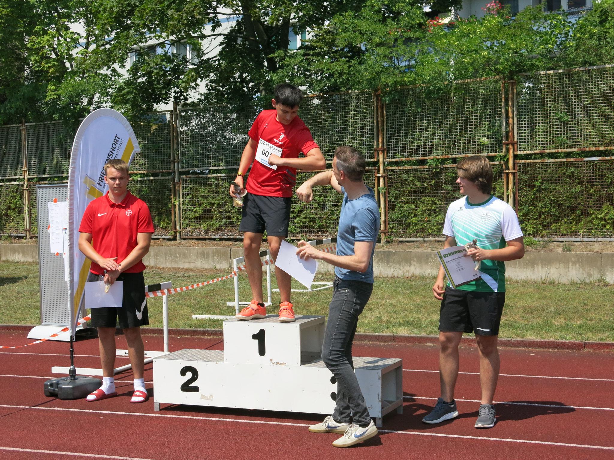 Sportstadtrat Gordon Lemm bei der männlichen U18-Siegerehrung