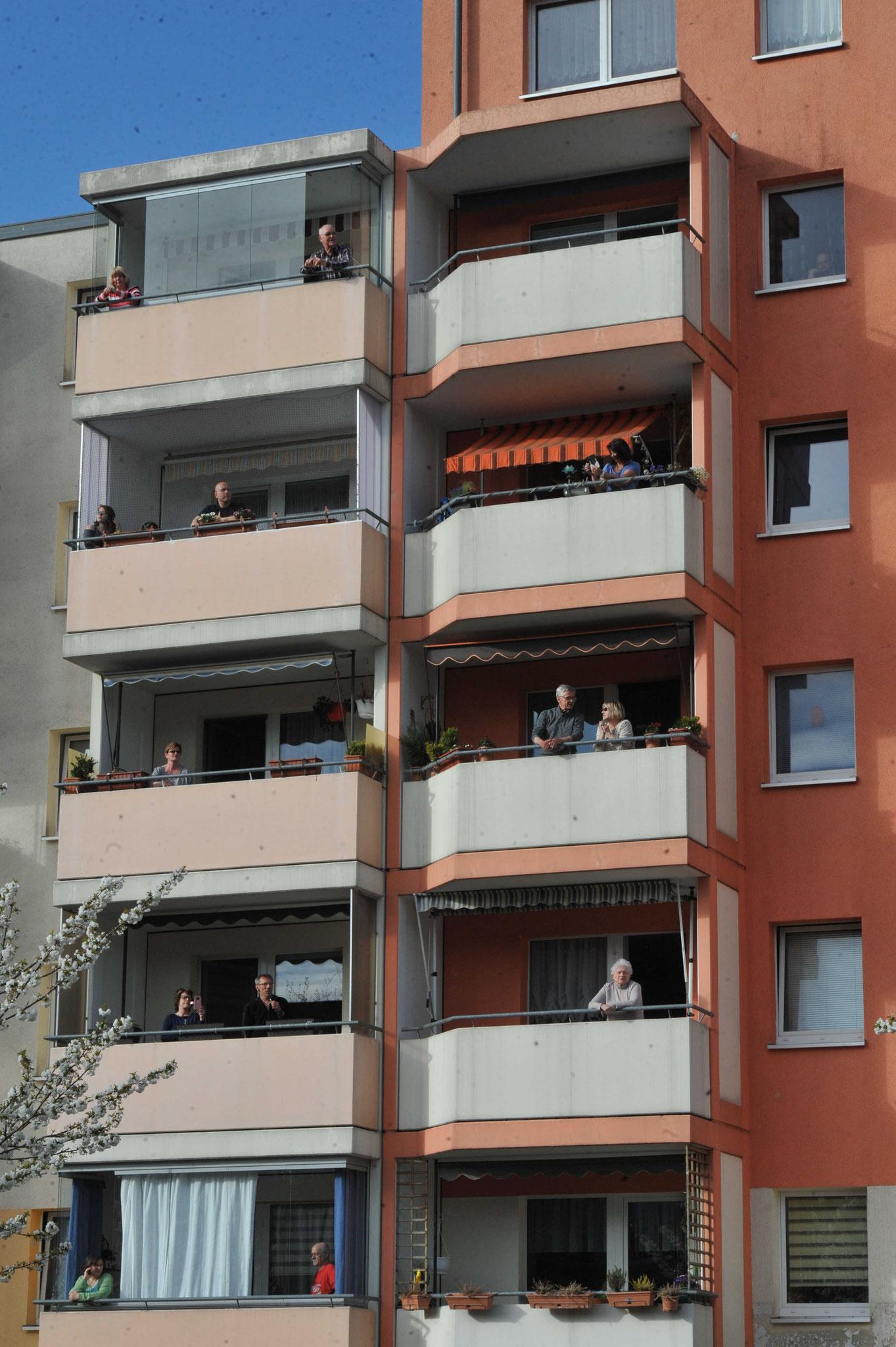 """Die """"Konzertbesucher"""" konnten in ihren eigenen vier Wänden bleiben und die Show vom Fenster oder Balkon aus erleben. © pressefoto-uhlemann.de"""