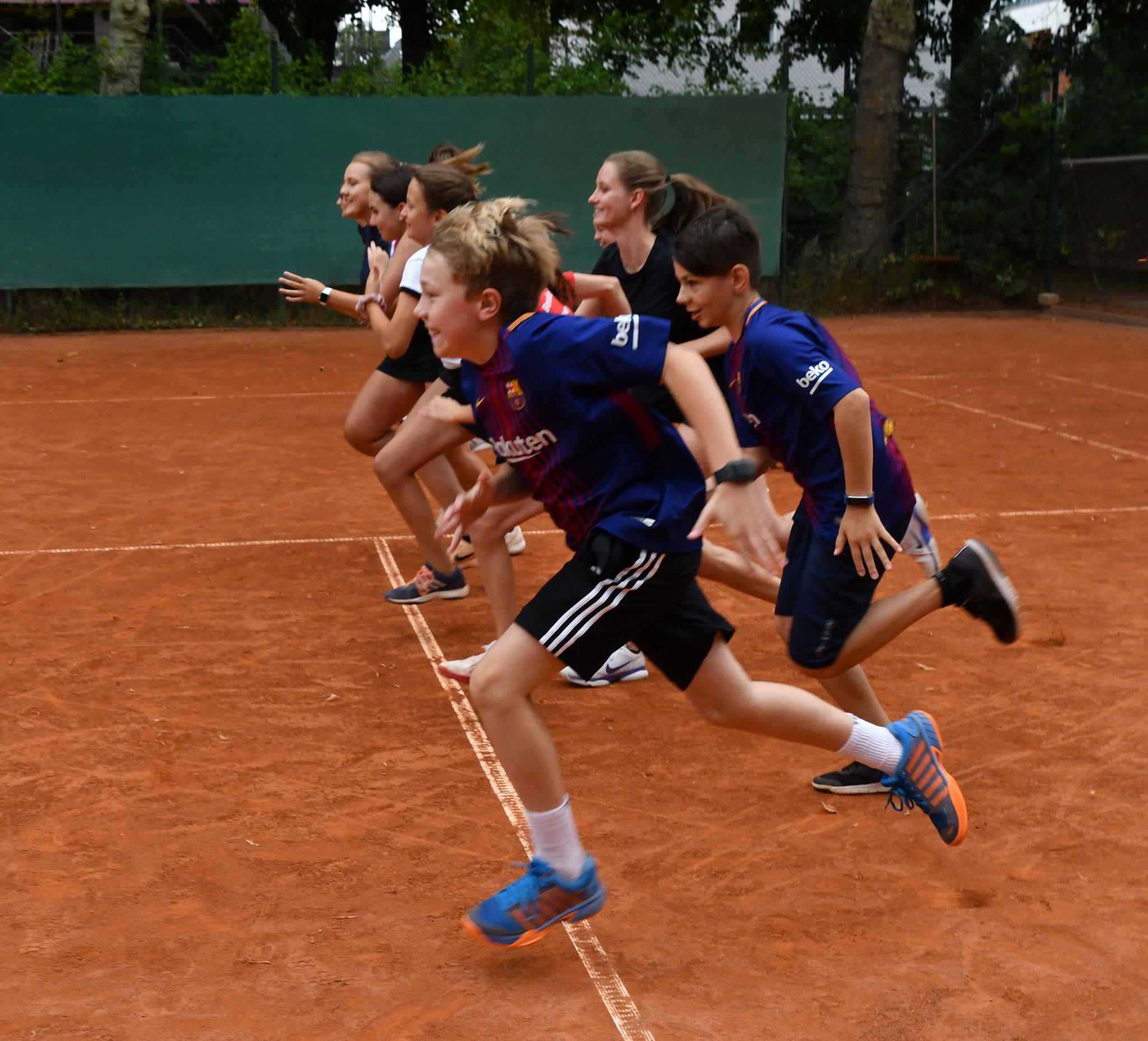 Immer montags bis donnerstags von 13.30 bis 15 Uhr können Schülerinnen und Schüler des Biesdorfer Otto-Nagel-Gymnasiums unter der Leitung der Tennisschule Mirko Süß den gelben Filzbällen hinterherjagen.